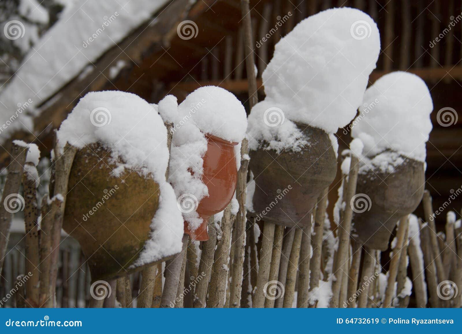 Recinto di legno e barattoli ceramici nell inverno