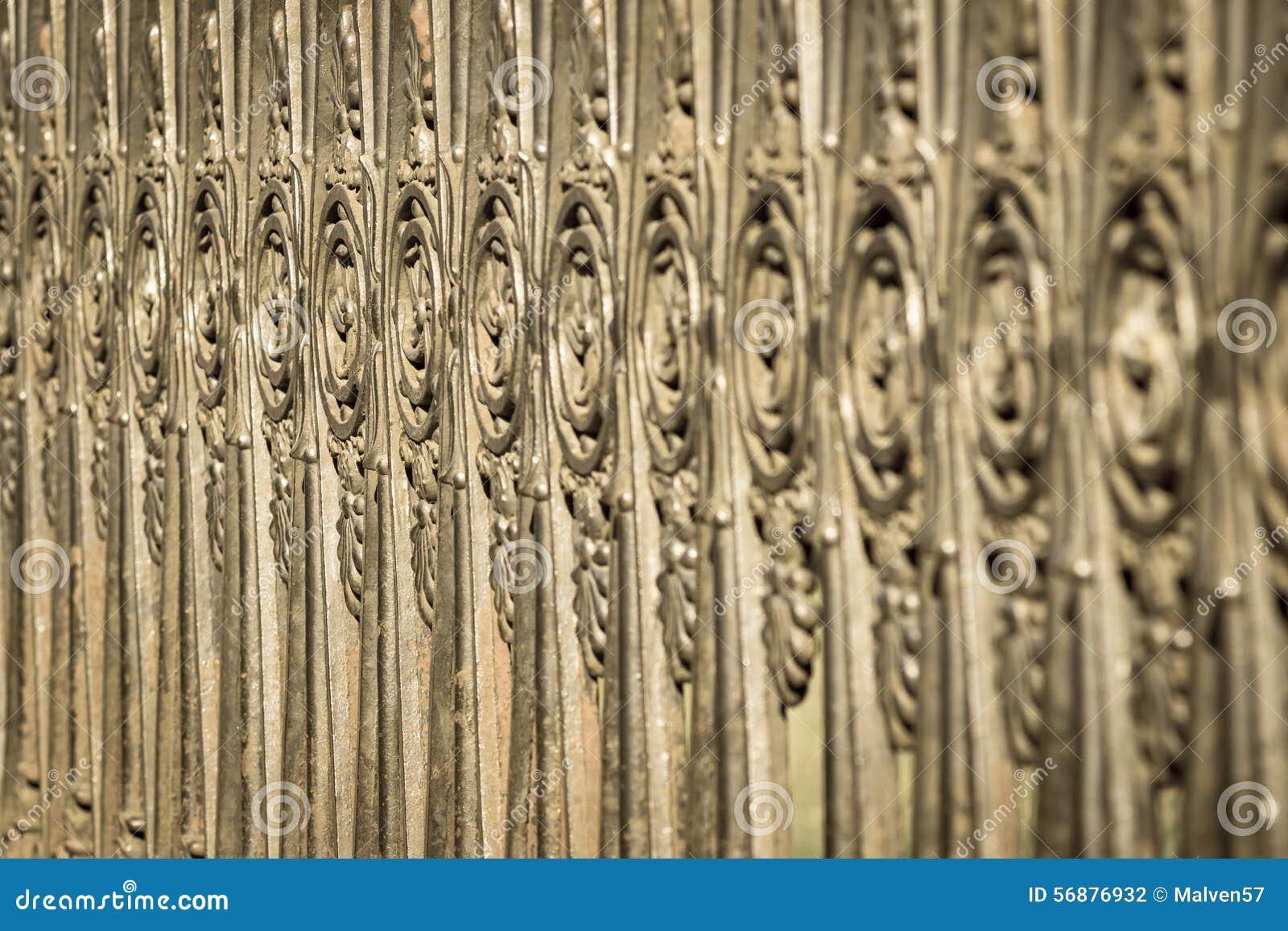 Recinzione antica dall acciaio vecchio di colore bronzeo