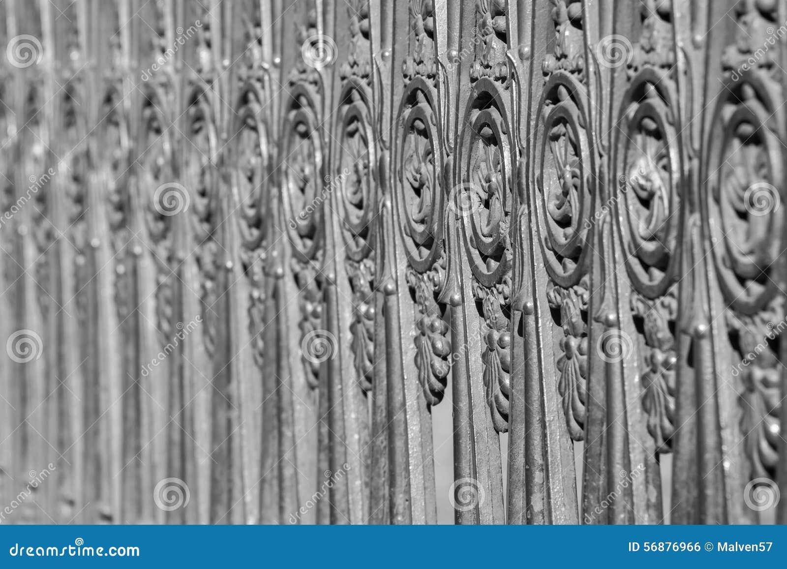 Recinzione antica dall acciaio vecchio di colore grigio
