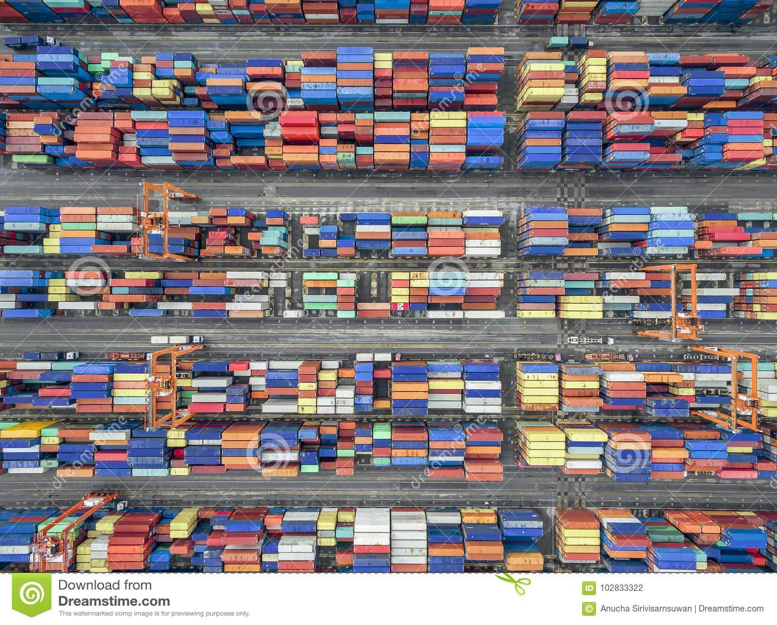 Recipiente aéreo da vista superior na exportação de espera do armazém do porto