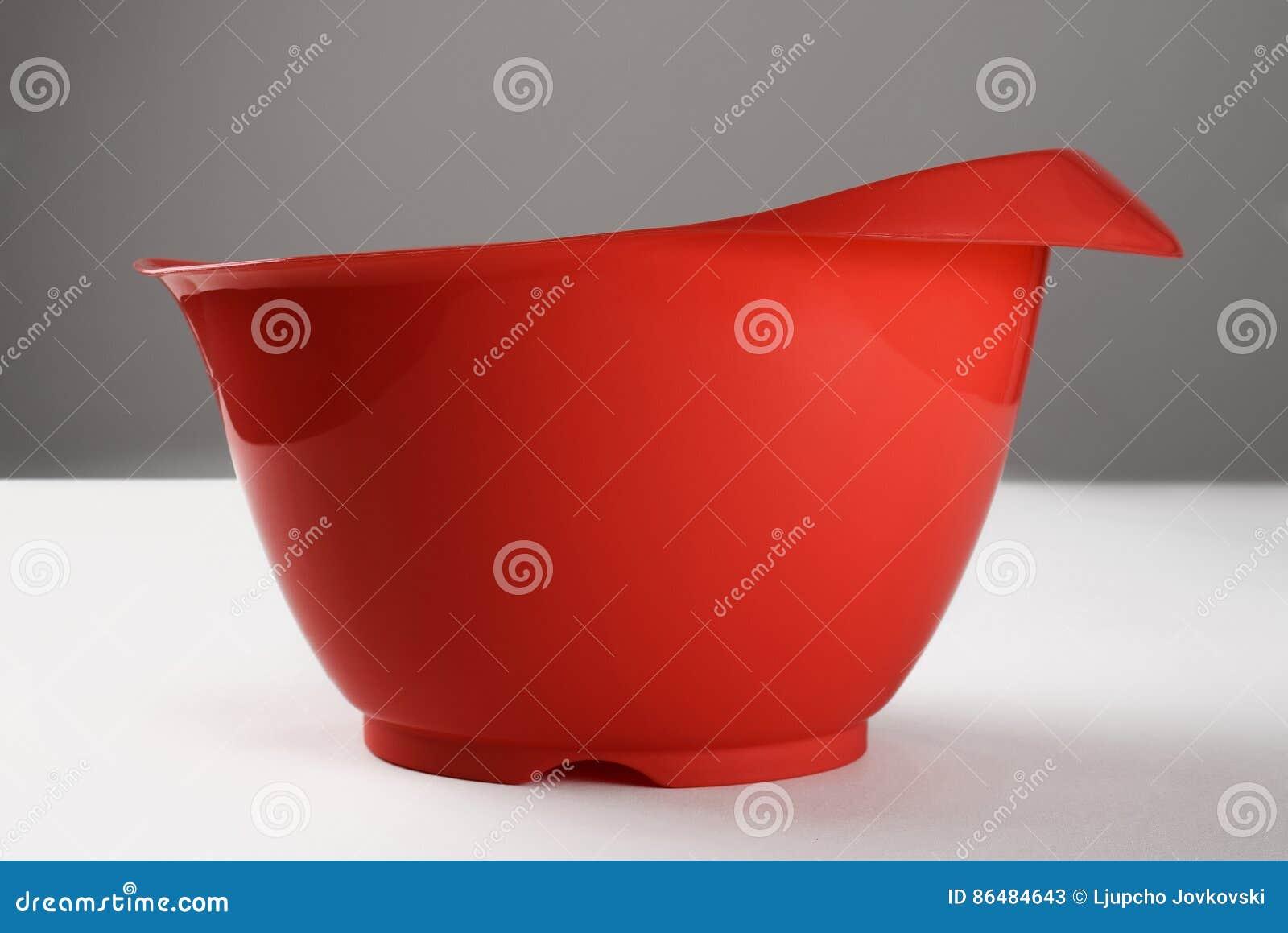 Recipiente plástico vermelho para agitar o bolo