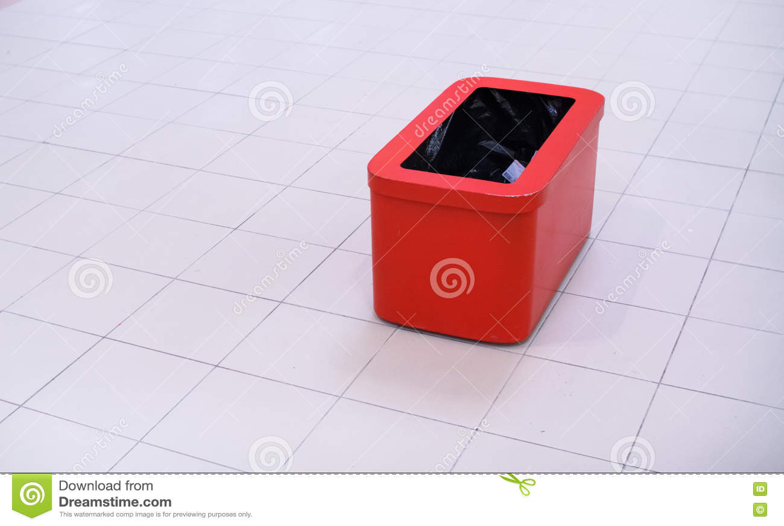 Recipiente rosso, bidone della spazzatura isolato su bianco con il percorso