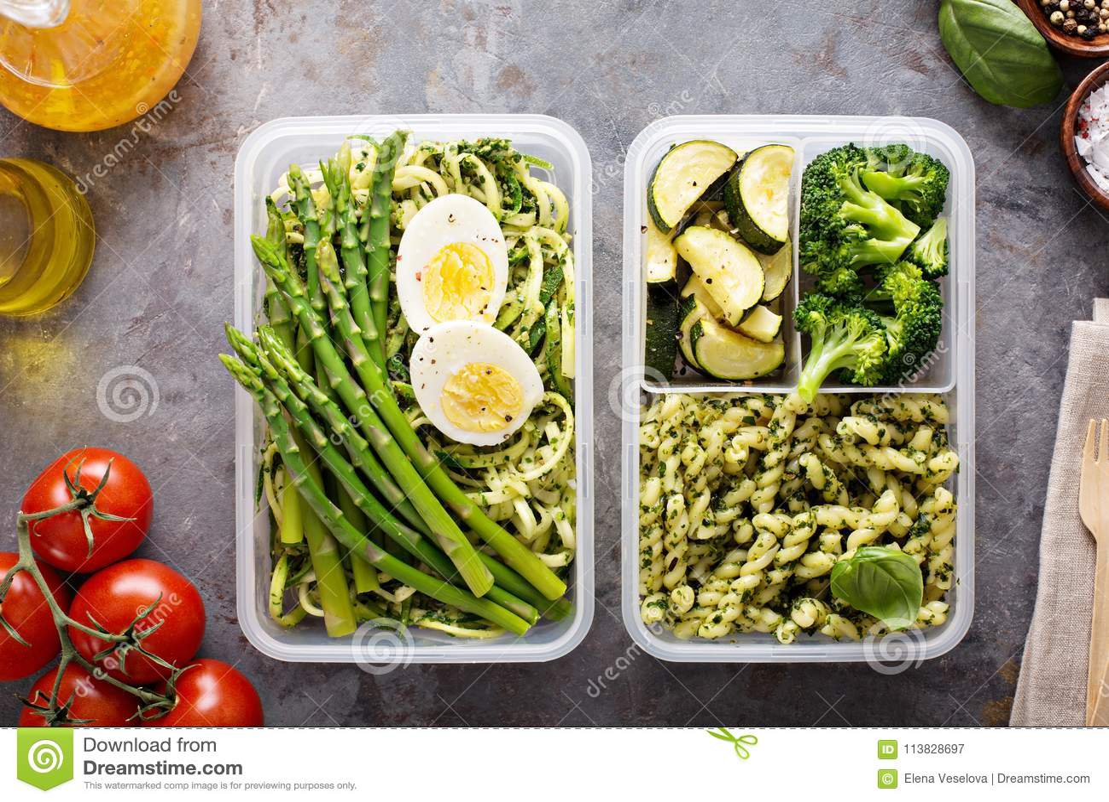 Recipientes da preparação da refeição do vegetariano com massa e vegetais