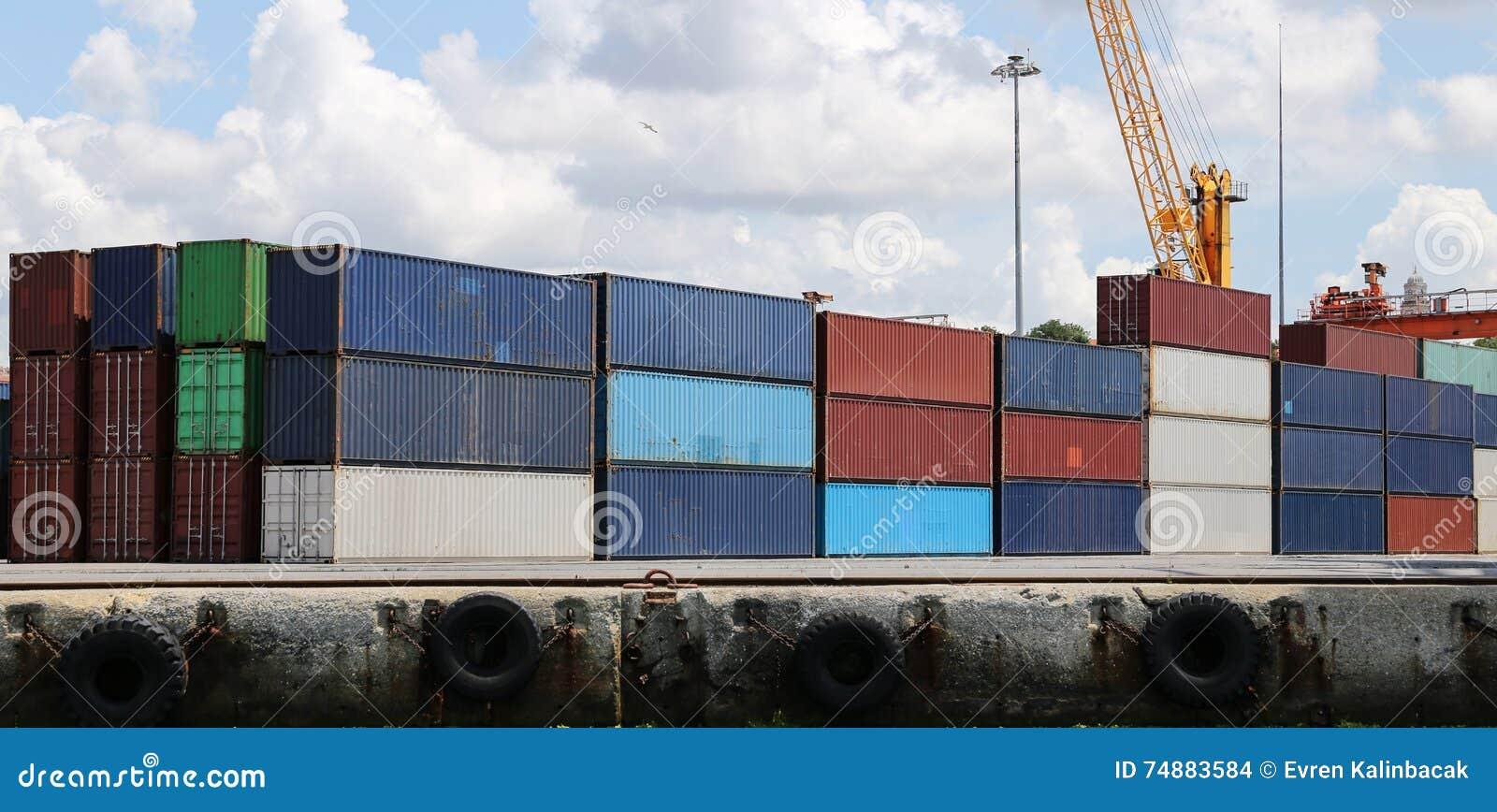 Recipientes em um porto