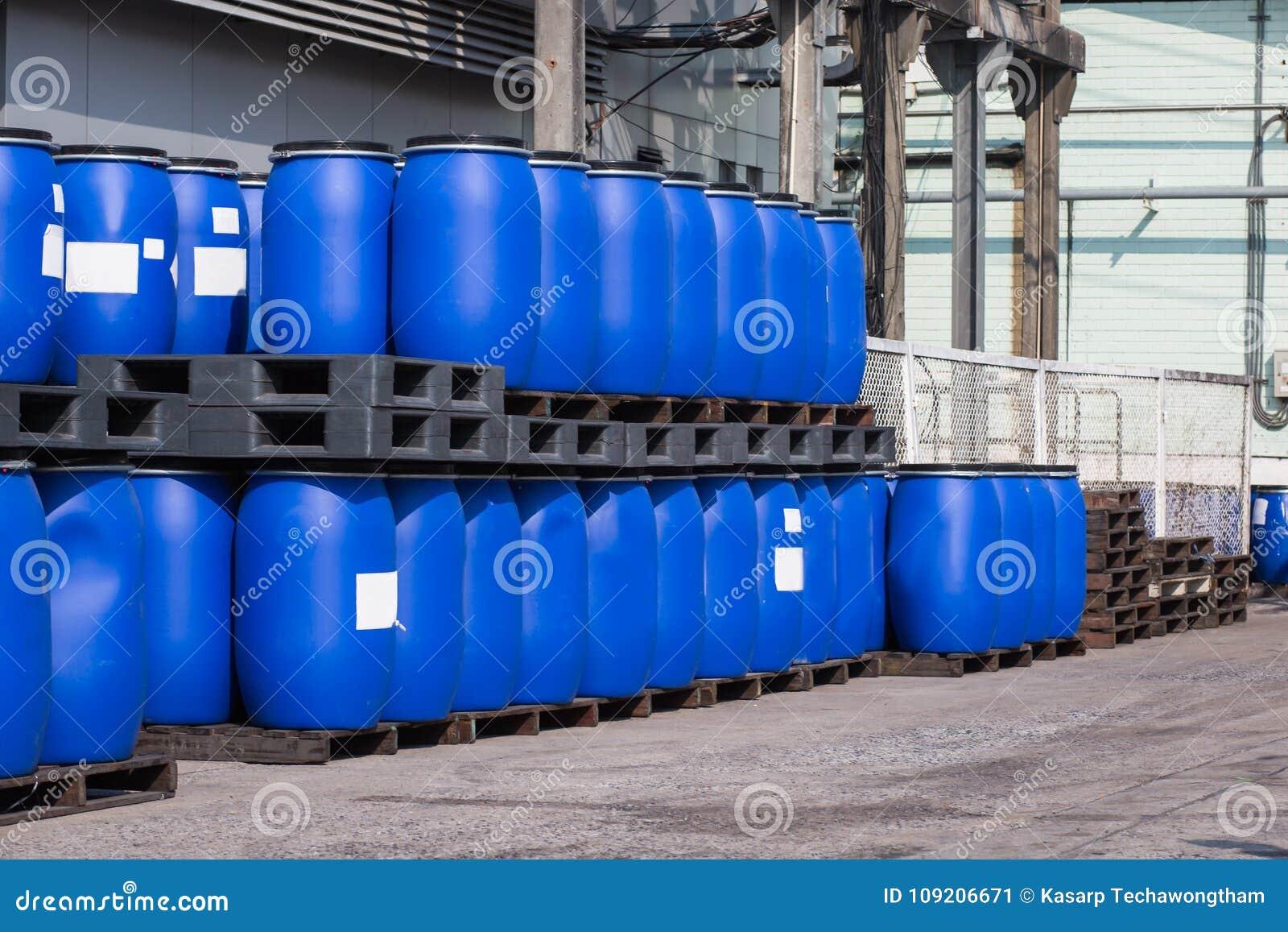 Recipientes plásticos azuis dos cilindros de armazenamento para líquidos no produto químico Pl