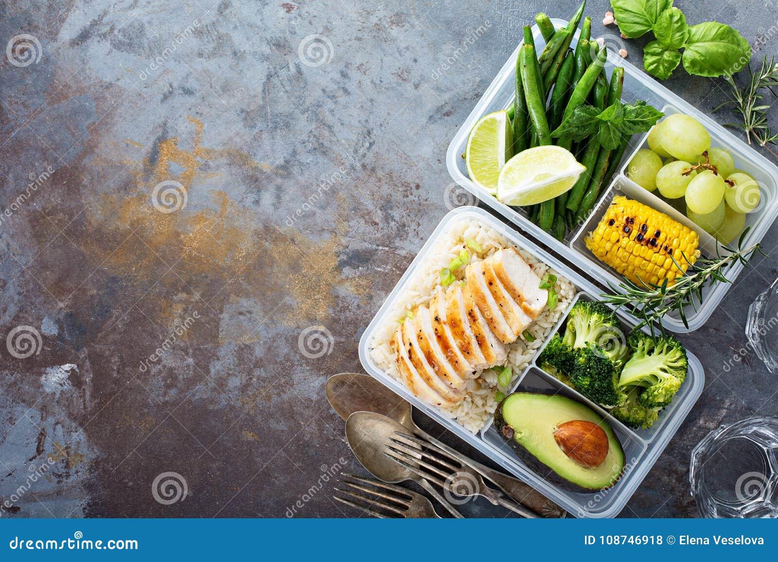 Recipientes verdes saudáveis da preparação da refeição com arroz e vegetais