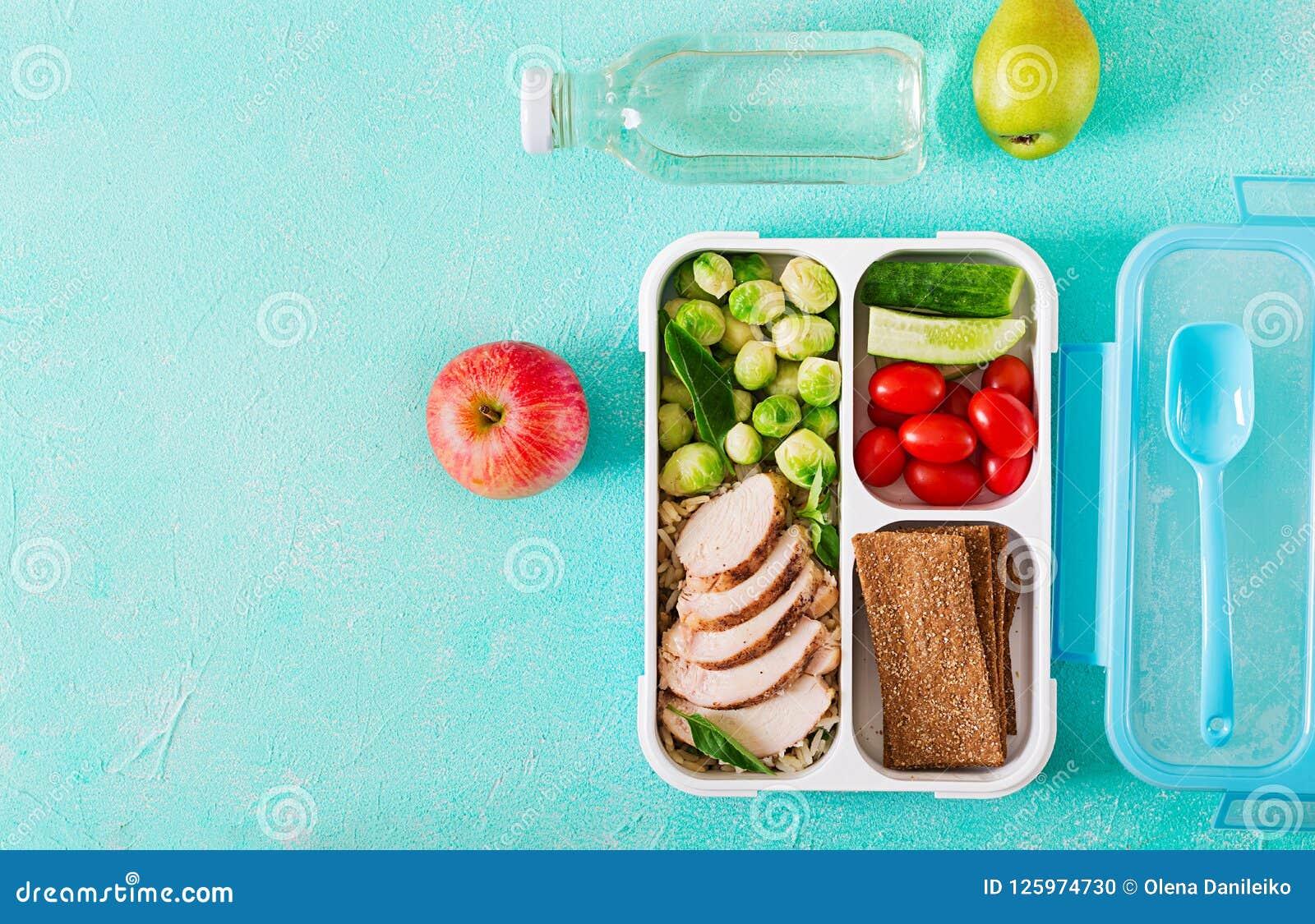 Recipientes verdes saudáveis da preparação da refeição com faixa da galinha, arroz, couves de Bruxelas