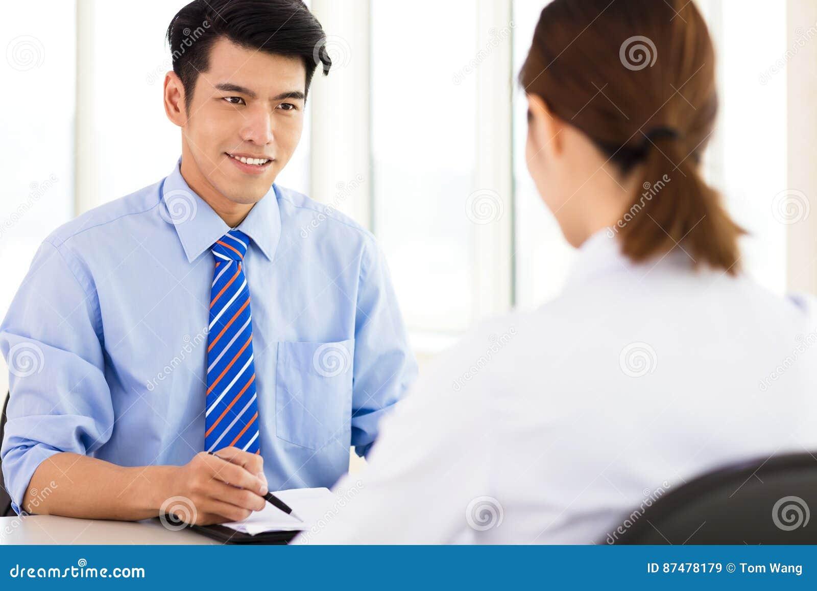 Reclutador que comprueba al candidato durante entrevista de trabajo