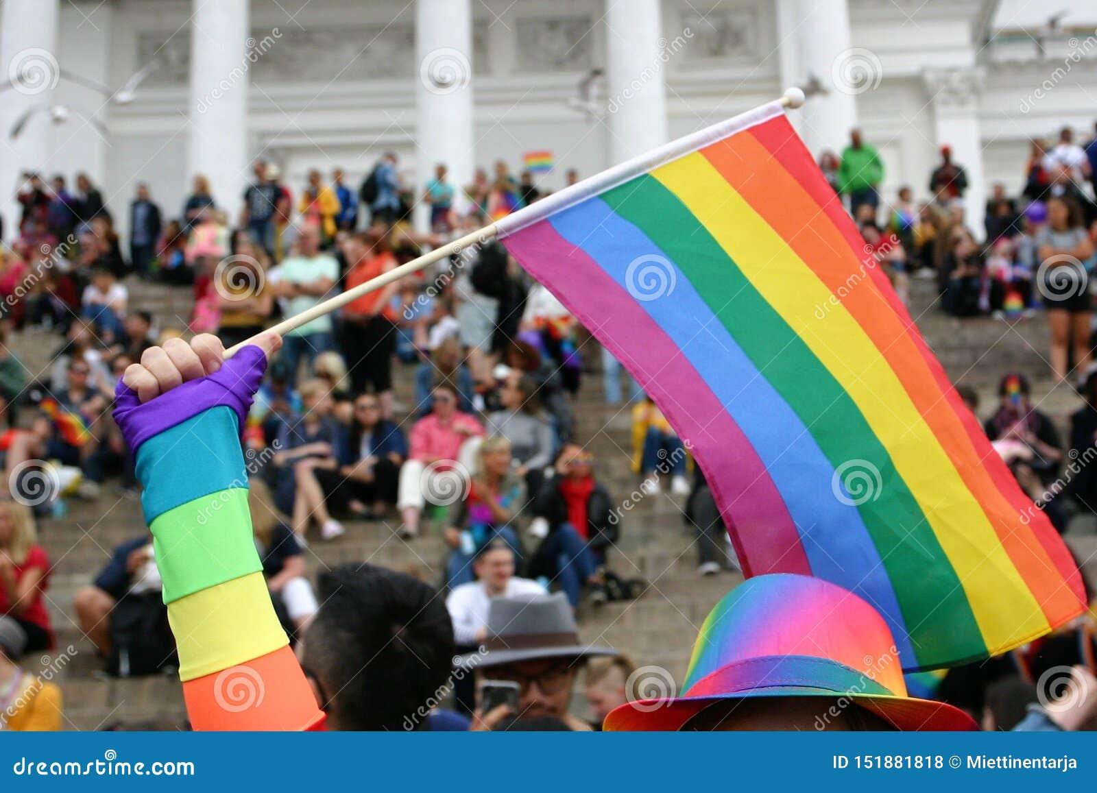 Recolectan a la gente en los pasos de la catedral de Helsinki para esperar el desfile de orgullo para comenzar