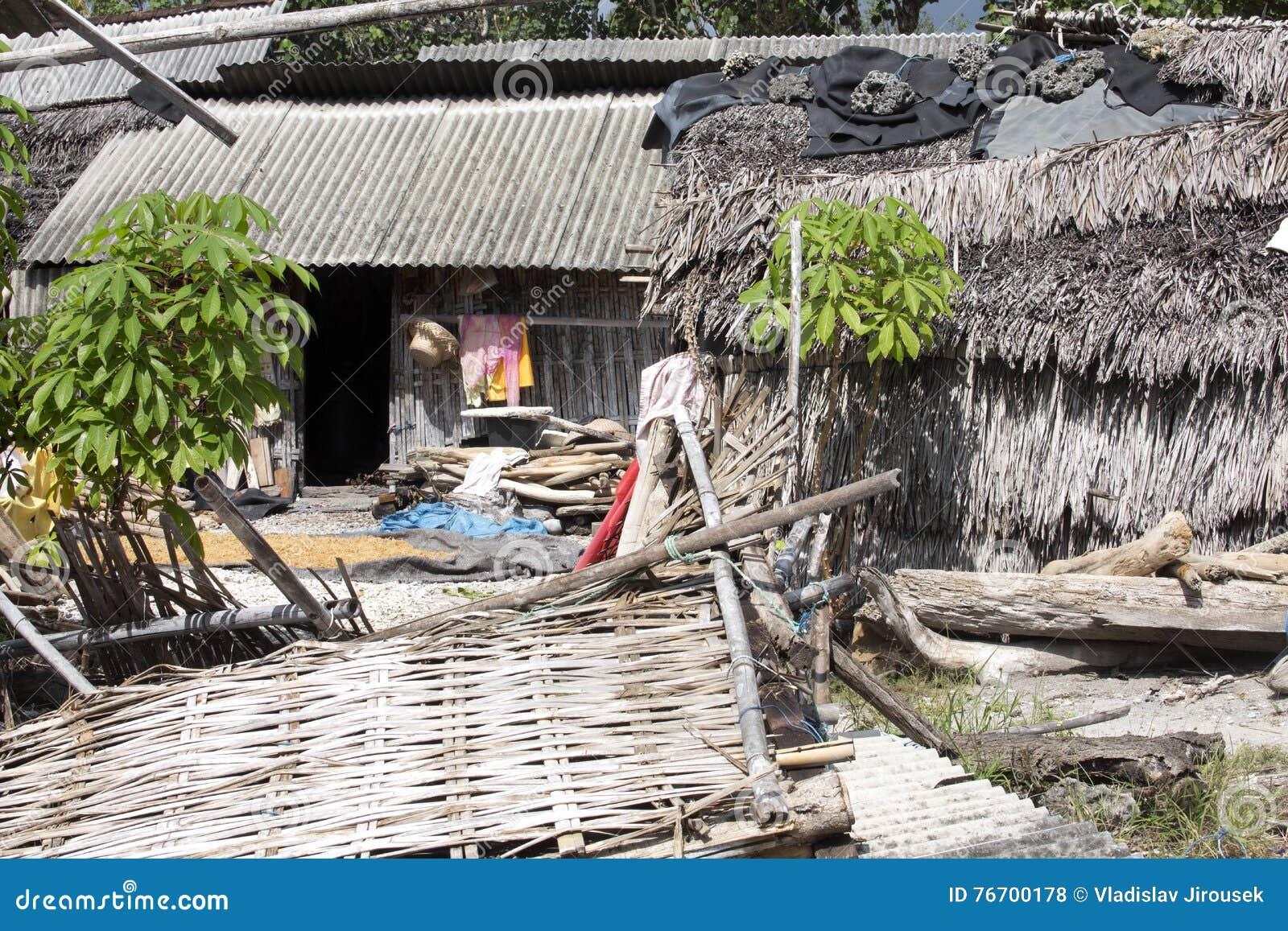 Recolectores pobres da alga da cabana, Nusa Penida, Indonésia
