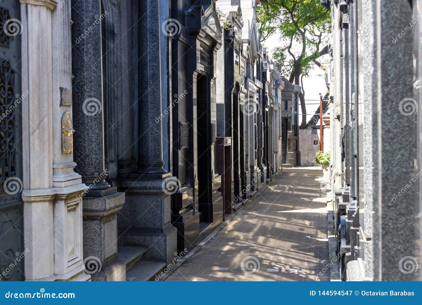 Recoletabegraafplaats in de smalle passage van Buenos aires met schaduw
