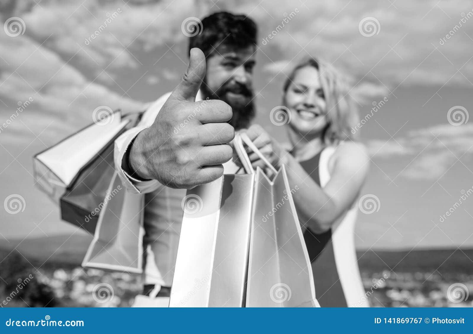 Recommandez fortement les astuces de vente L homme avec la barbe montre le pouce vers le haut du geste Les couples dans l amour r