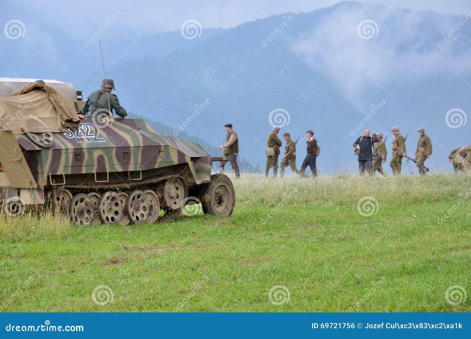 Reconstitution historique de bataille de la guerre mondiale 2 - le véhicule et les soldats de transport blindés se sont habillés