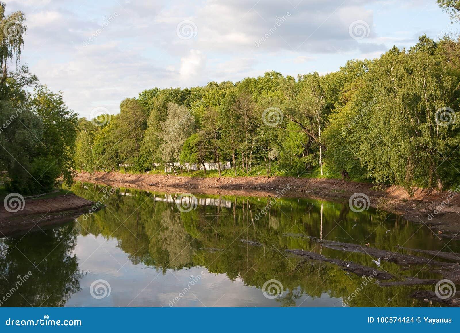 Reconstrução da lagoa A descarga da água, da limpeza inferior e de reforçar os bancos