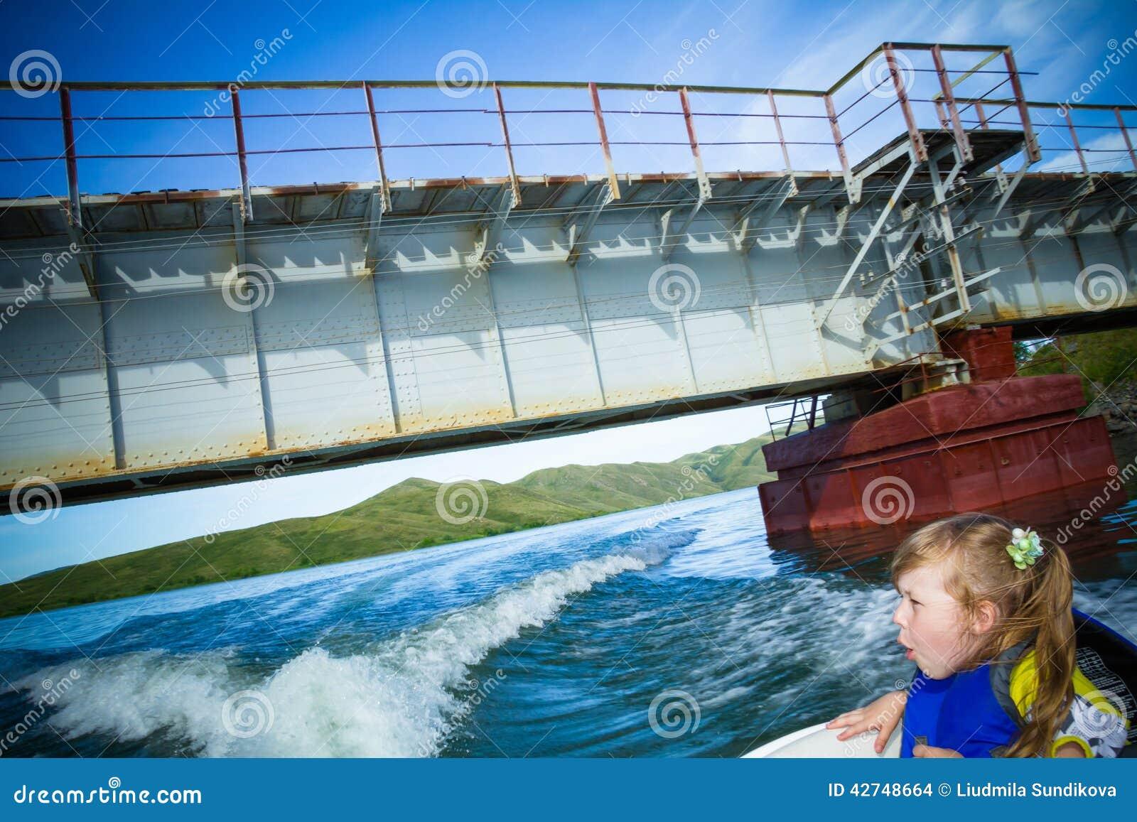 Recorrido de niños en el agua en el barco