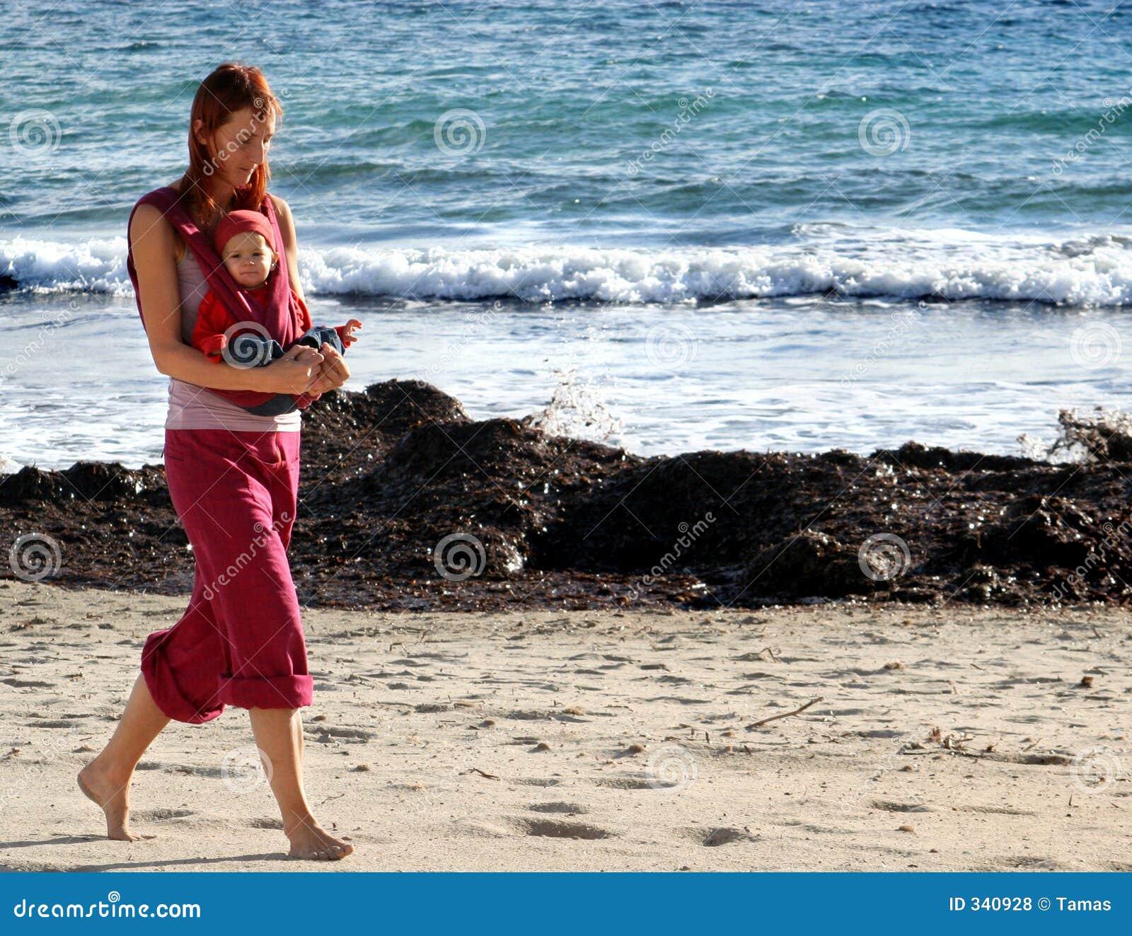 Recorriendo en la playa, junto