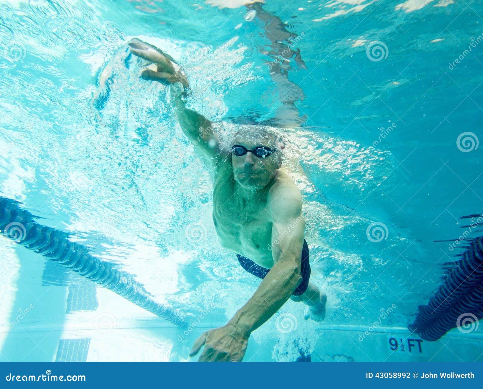 Recouvrements de natation d homme supérieur, vue sous-marine
