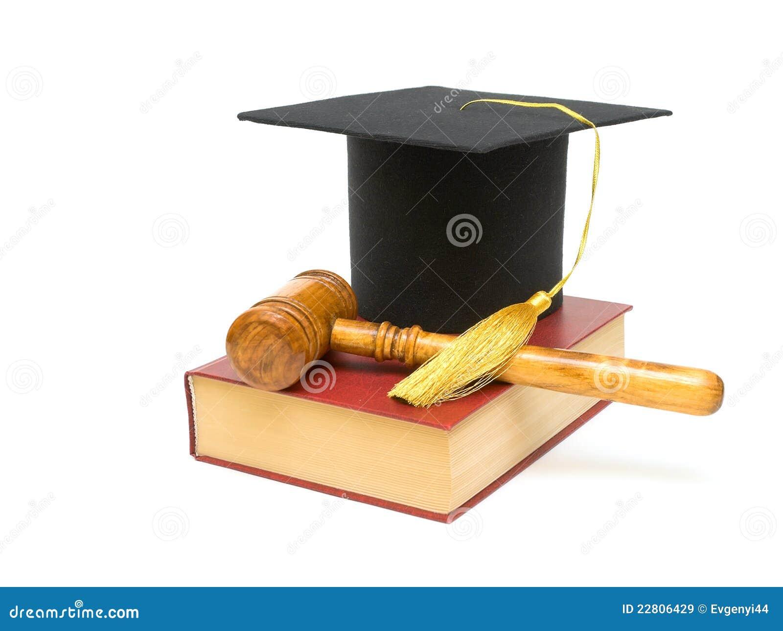 Recouvrez le diplômé, le marteau et le livre sur un fond blanc