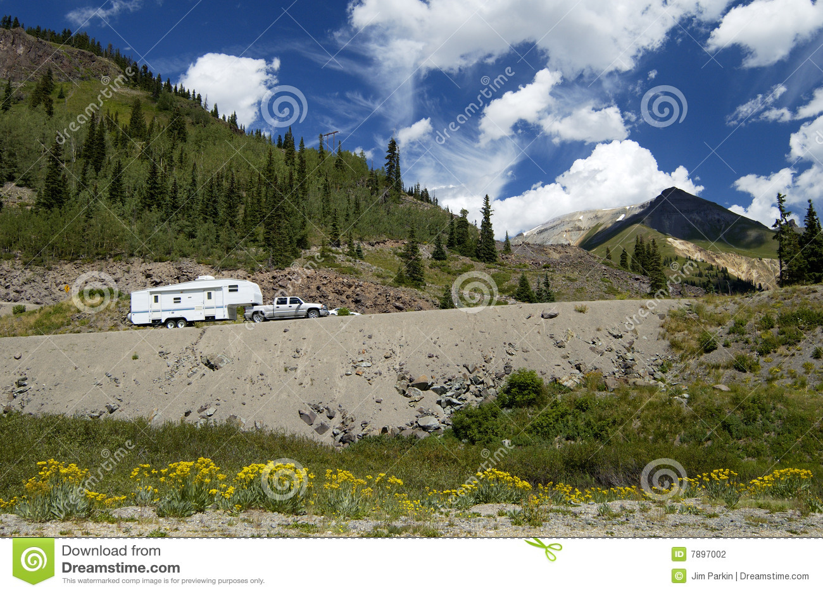 Recreatief voertuig in de bergen