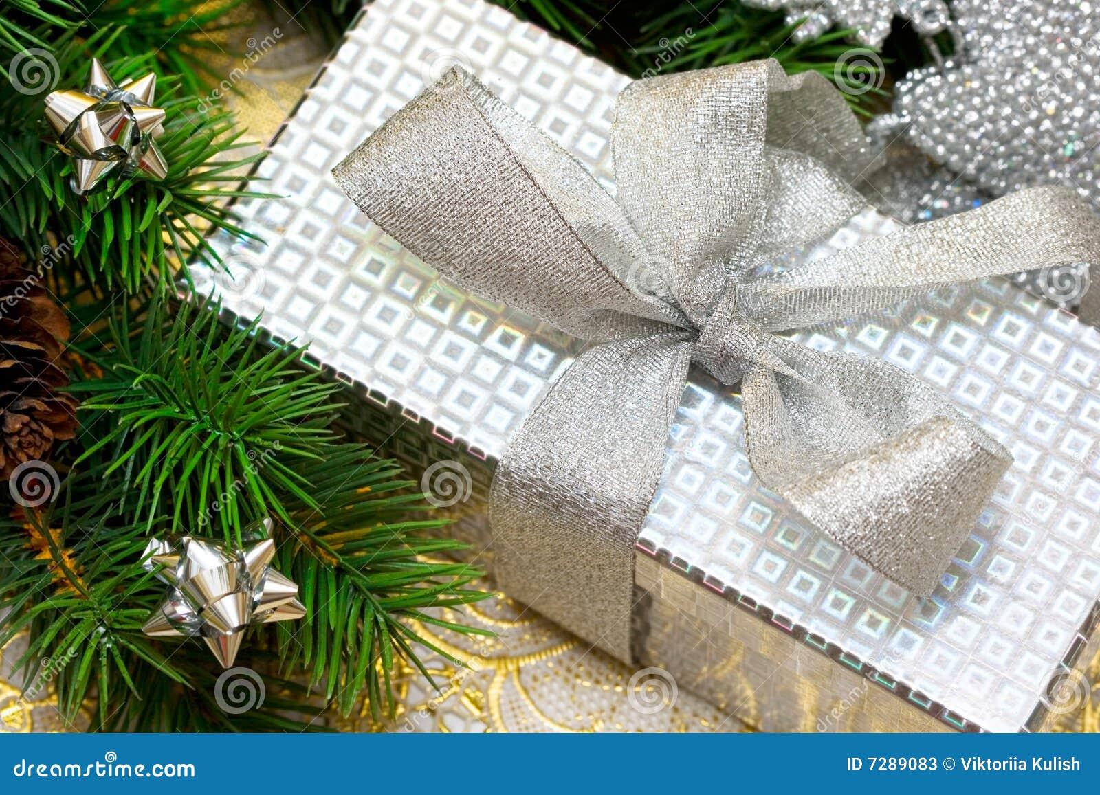 Rectángulo de regalo con el árbol de navidad