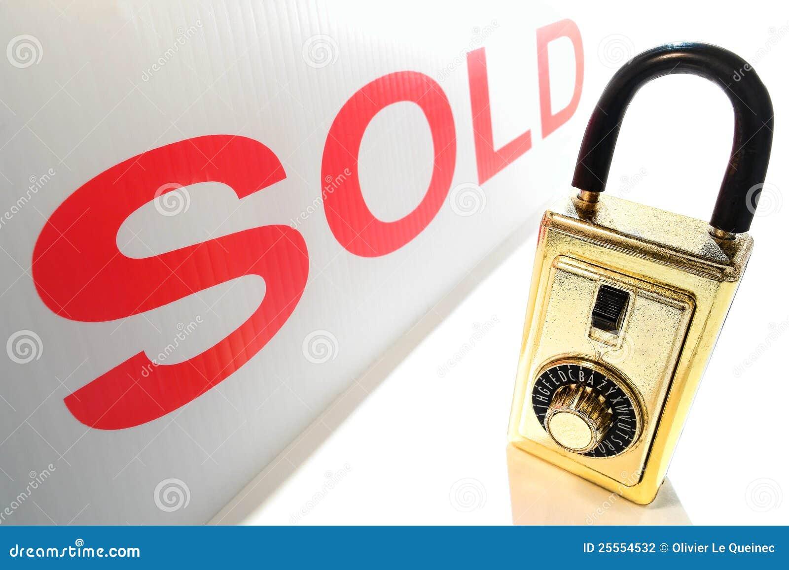 Rectángulo del bloqueo del clave del agente inmobiliario de las propiedades inmobiliarias y muestra vendida roja