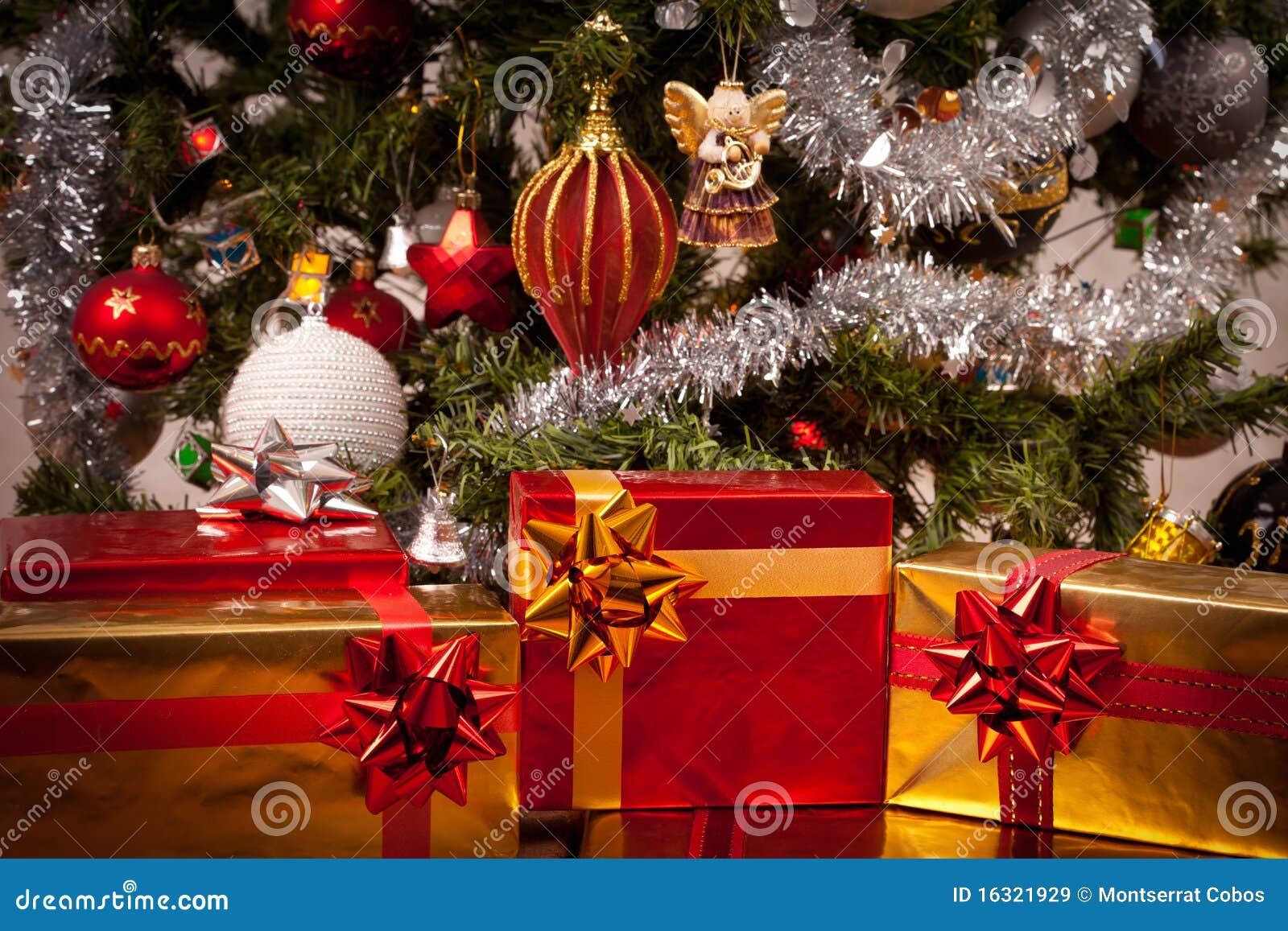 Rect ngulos de regalo adornados bajo el rbol de navidad - Arbol de navidad con regalos ...