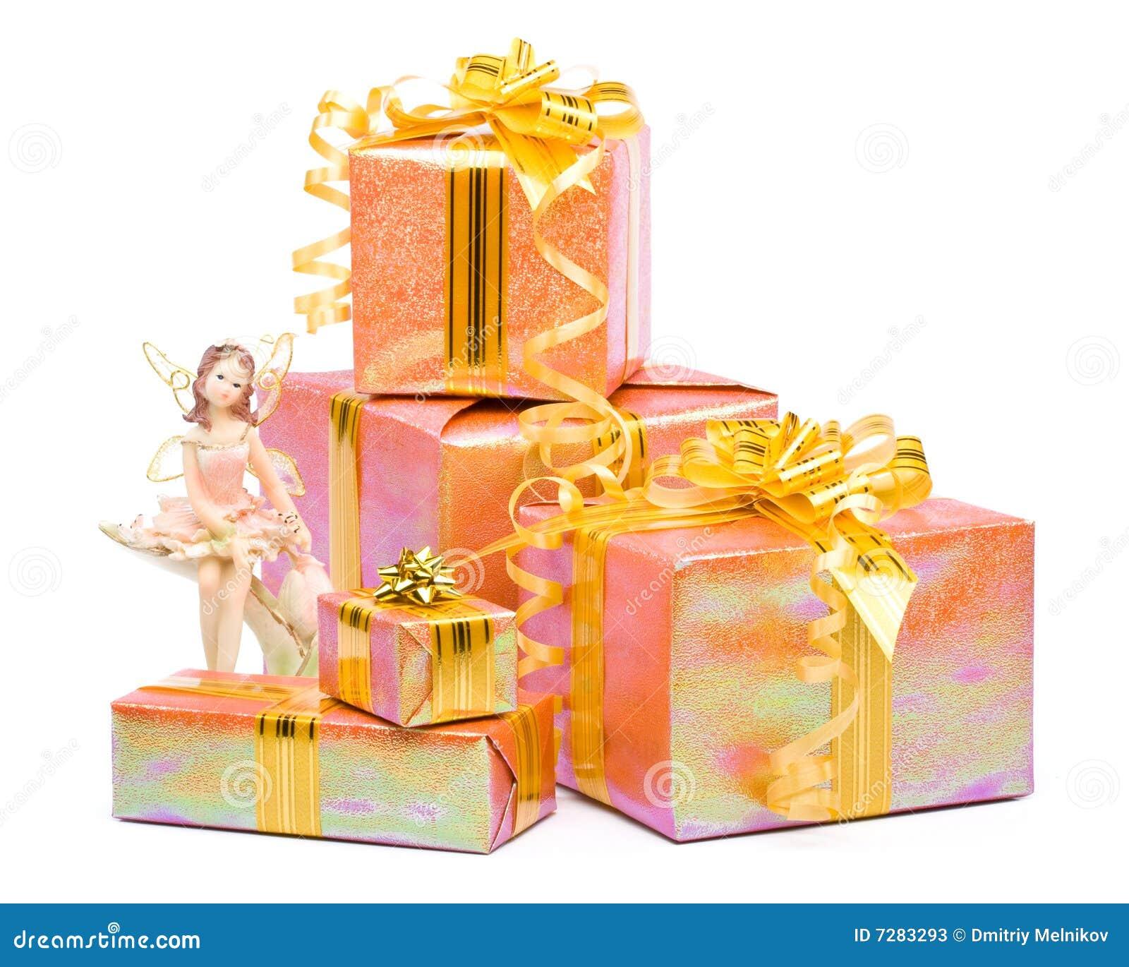 Rectángulos de regalo y estatuilla