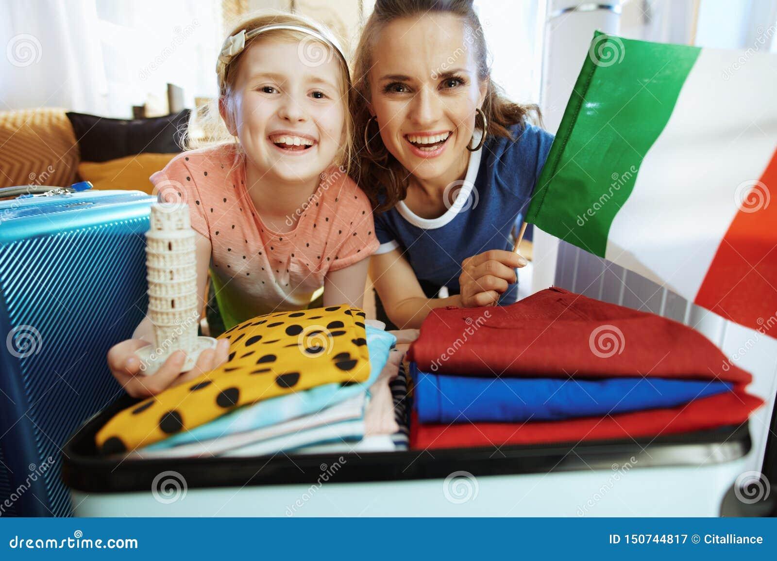 Recuerdo de la bandera italiana de la mamá y de la hija y de la torre inclinada