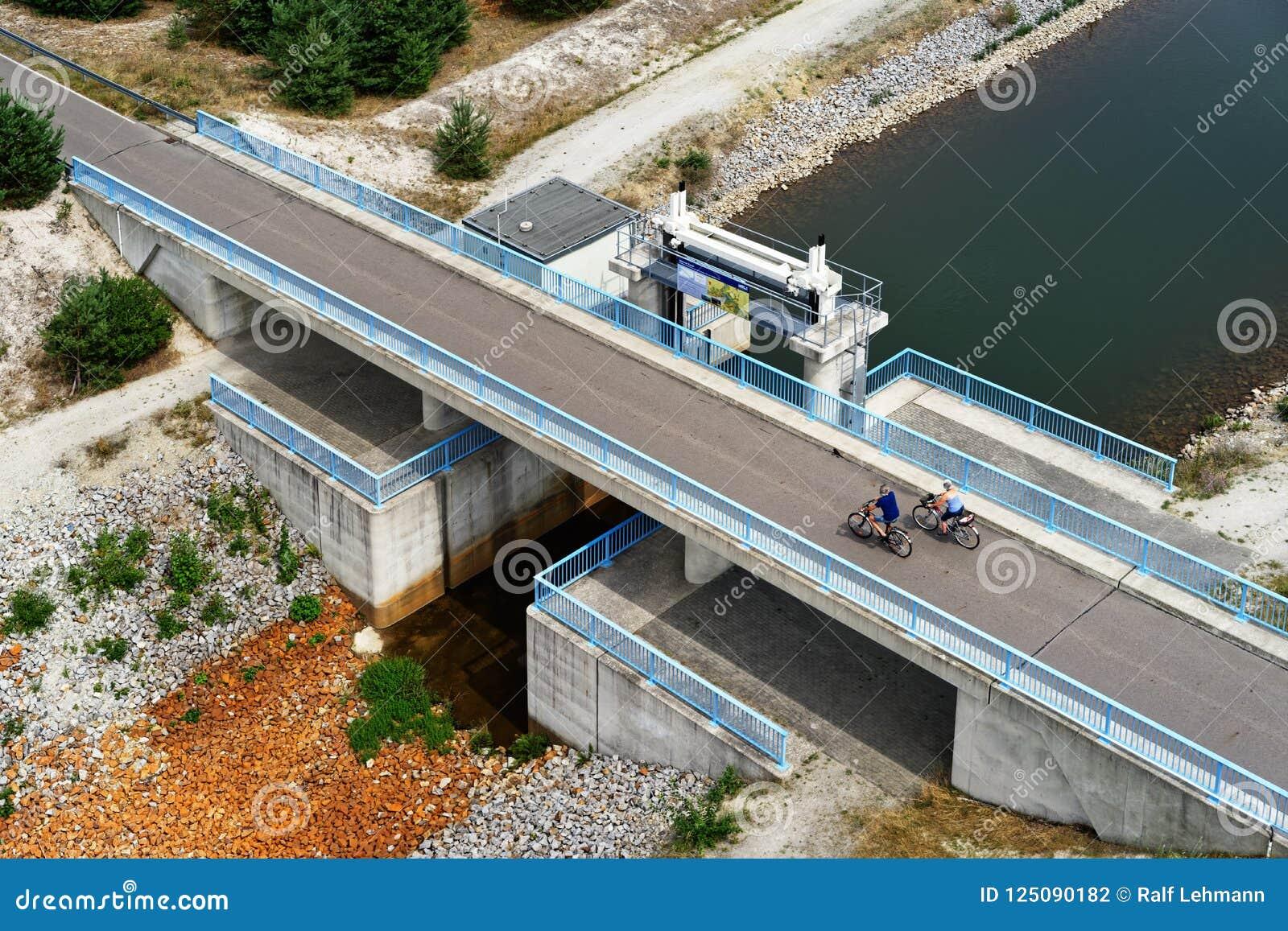 Recultivated kopalnictwa krajobraz z kanału kolarstwem i mostem