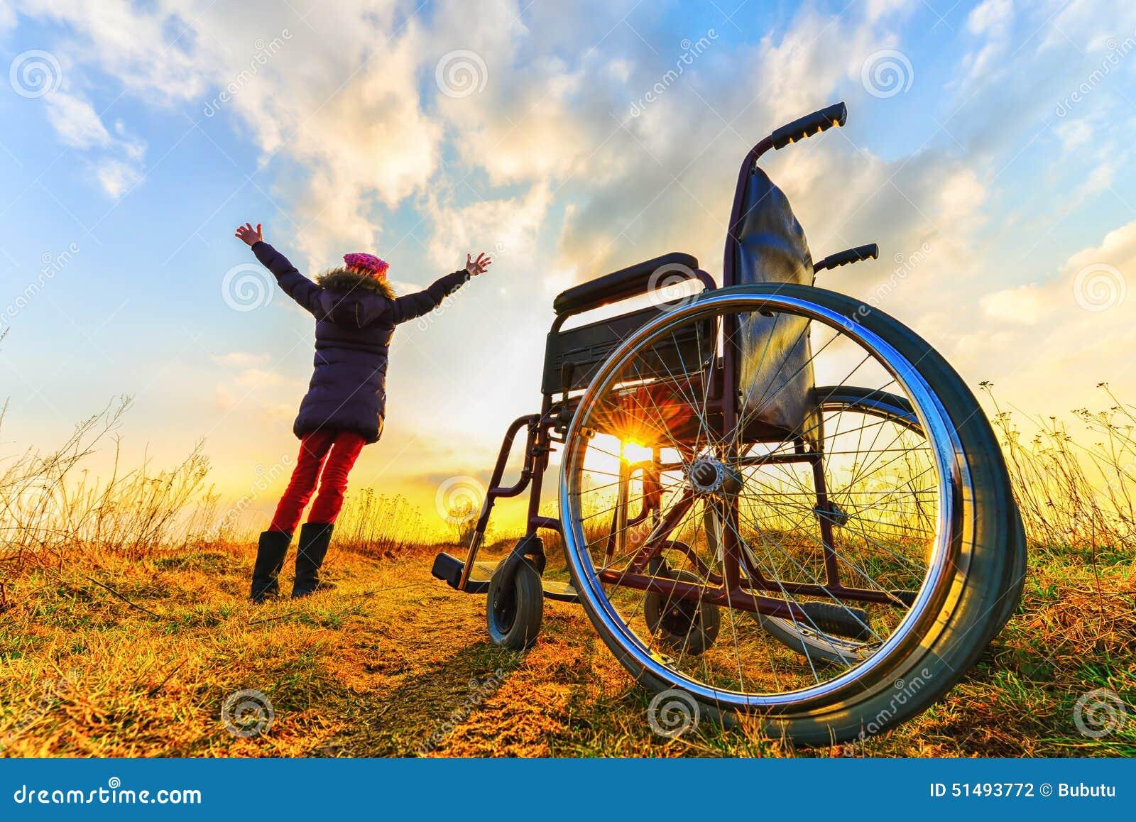 Recuperação do milagre: a moça levanta-se da cadeira de rodas e levanta-se as mãos acima
