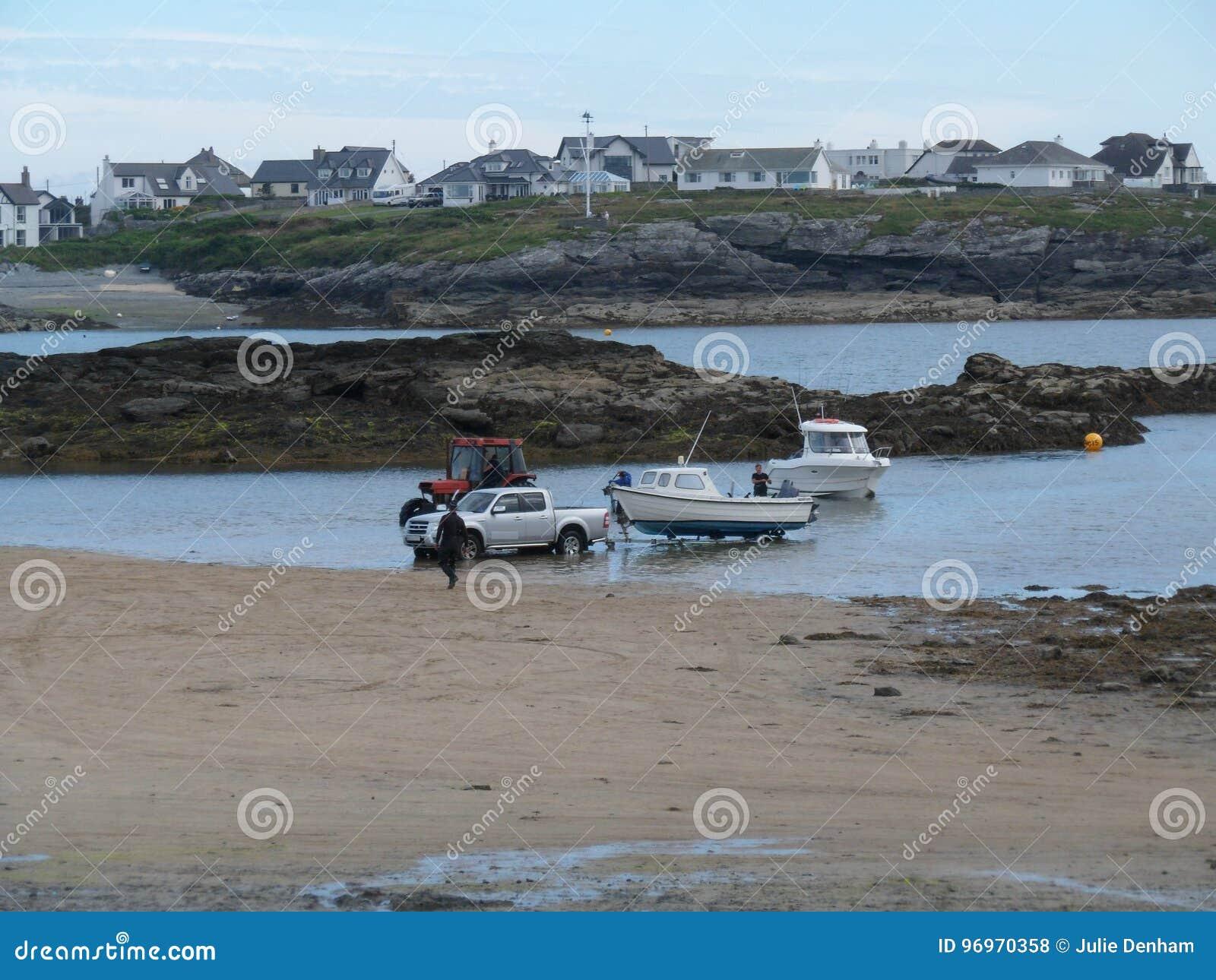 Recuperando le barche dal paesaggio della baia