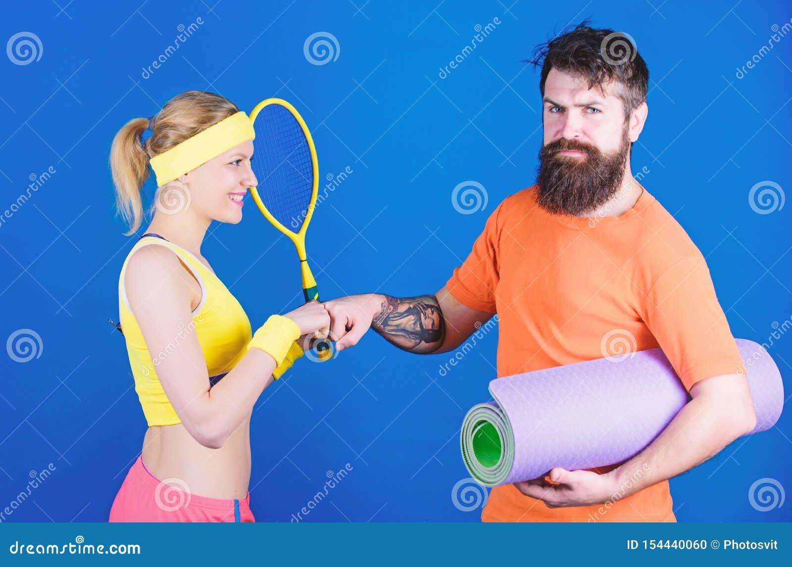 Recuse perder Treinamento desportivo dos pares com esteira da aptid?o e raquete de t?nis Mulher feliz e exerc?cio farpado do home