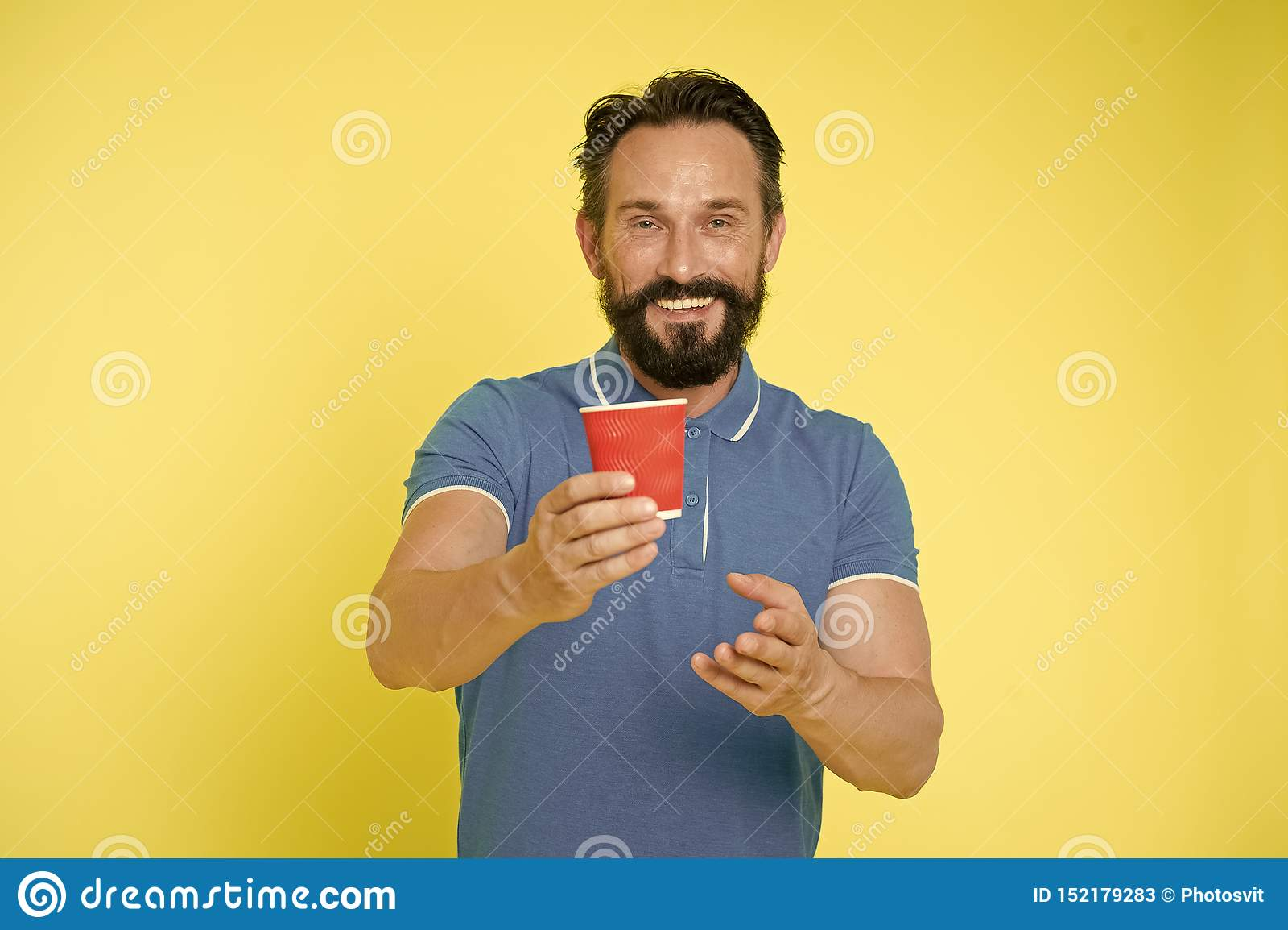 Recyclebare Kaffeetasse Manngriffpapier-Kaffeetasse des Hippies stehen reife gelben Hintergrund Entspannende Kaffeepause Trinken