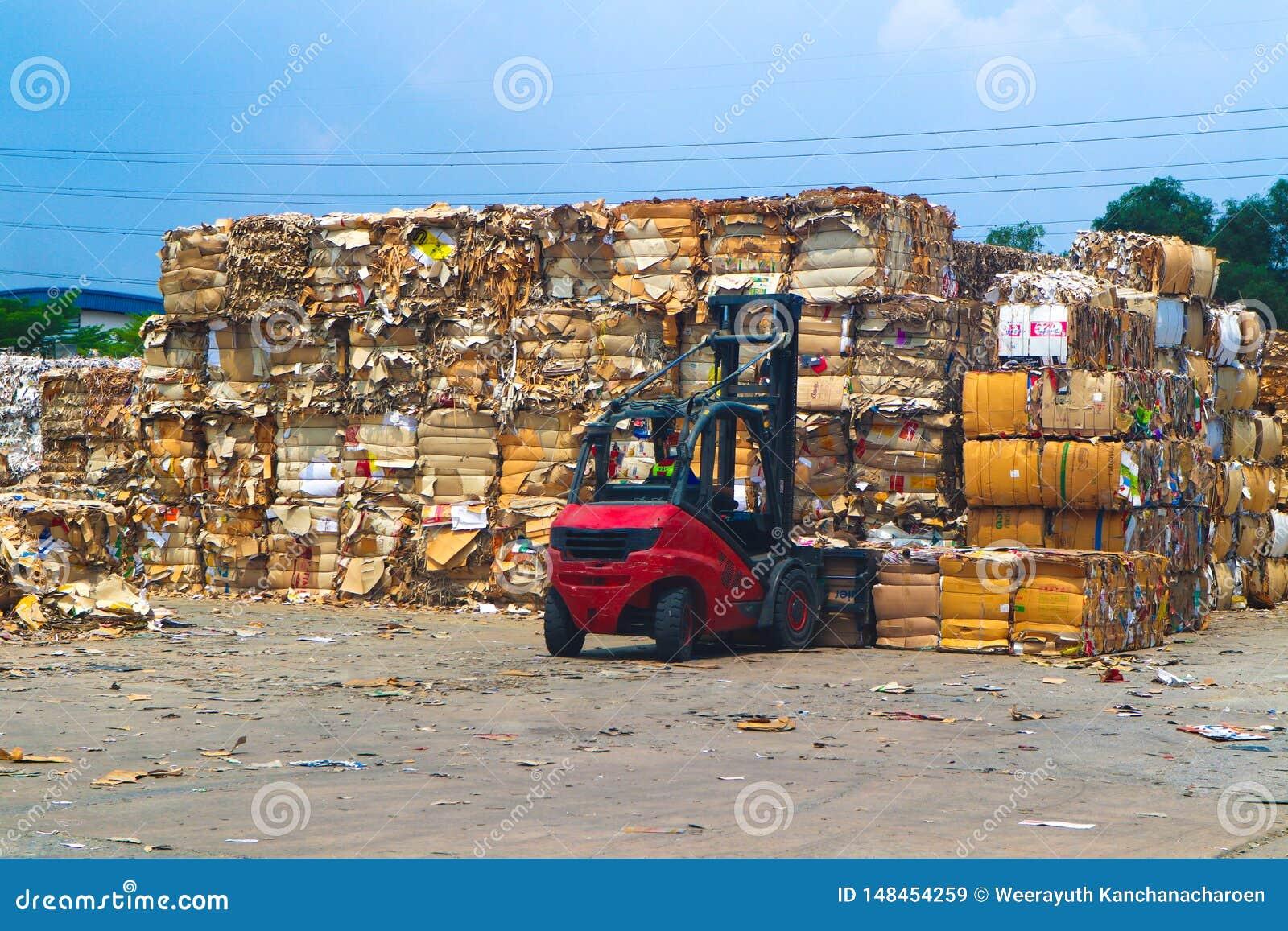 Recycleer het huisvuil van het de industriekarton en document afval na het drukken in de hydraulische het in balen verpakken mach