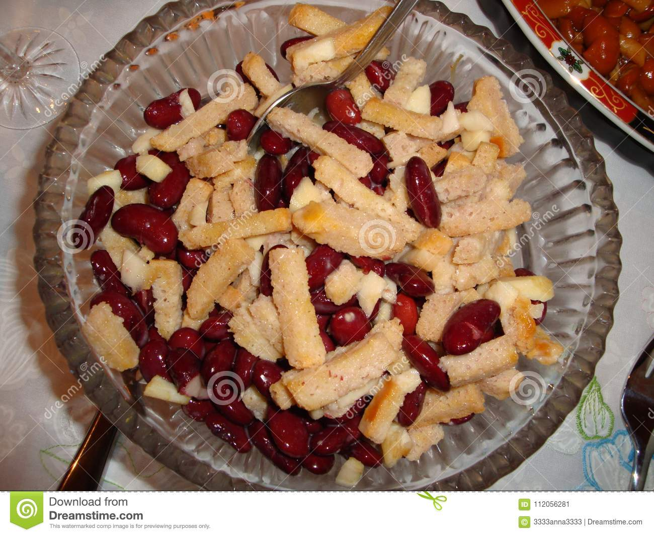 Red bean salad with crackers, chopped onions and peeled apples.