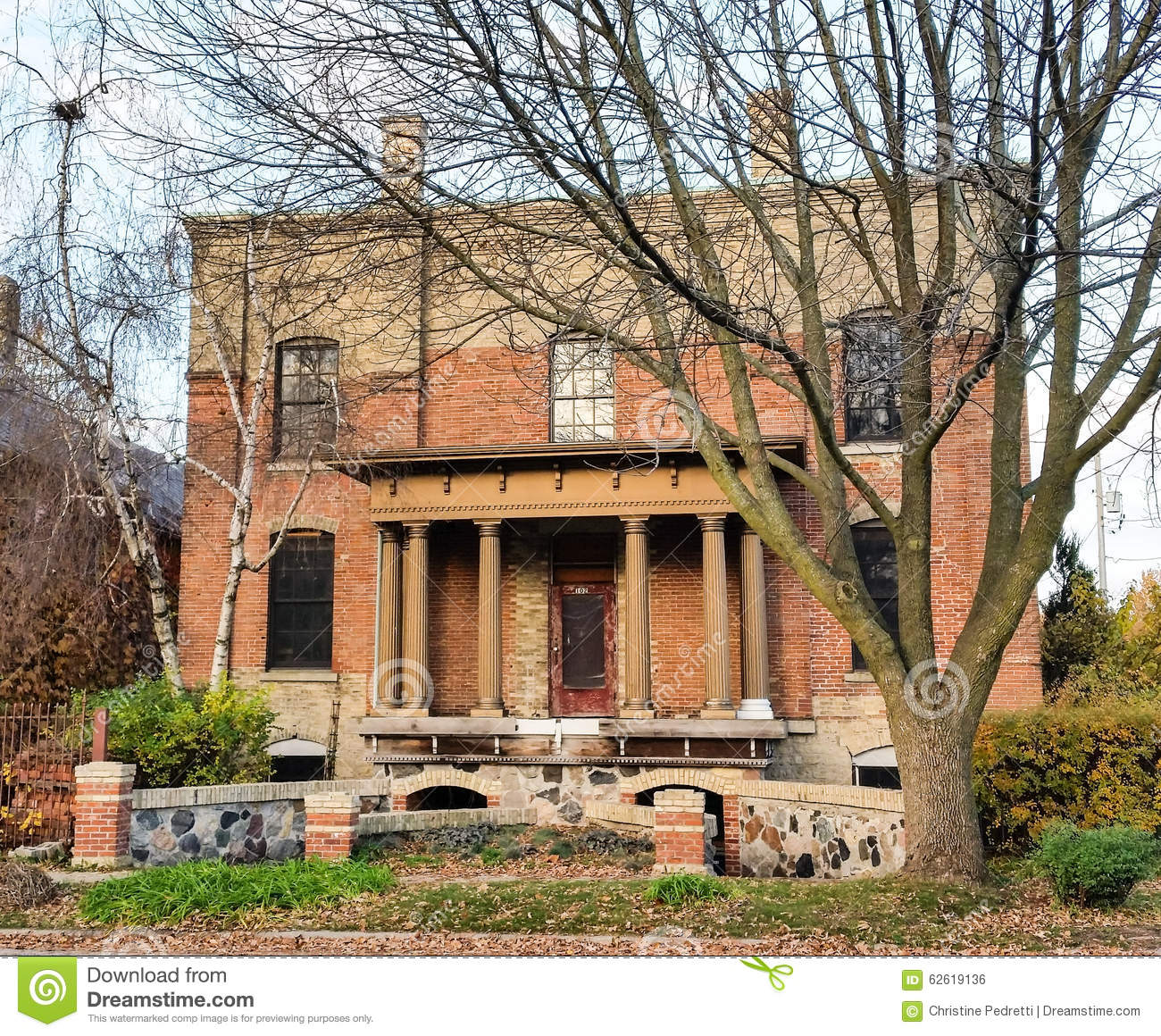 Old Brick Apartment Building: Red Brick Apartment Building On Fall Morning Stock Photo