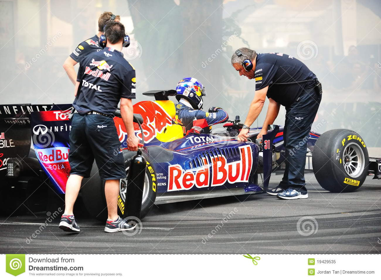 red bull racing pit crews cooling f1 car editorial image image of drive professional 19429535. Black Bedroom Furniture Sets. Home Design Ideas