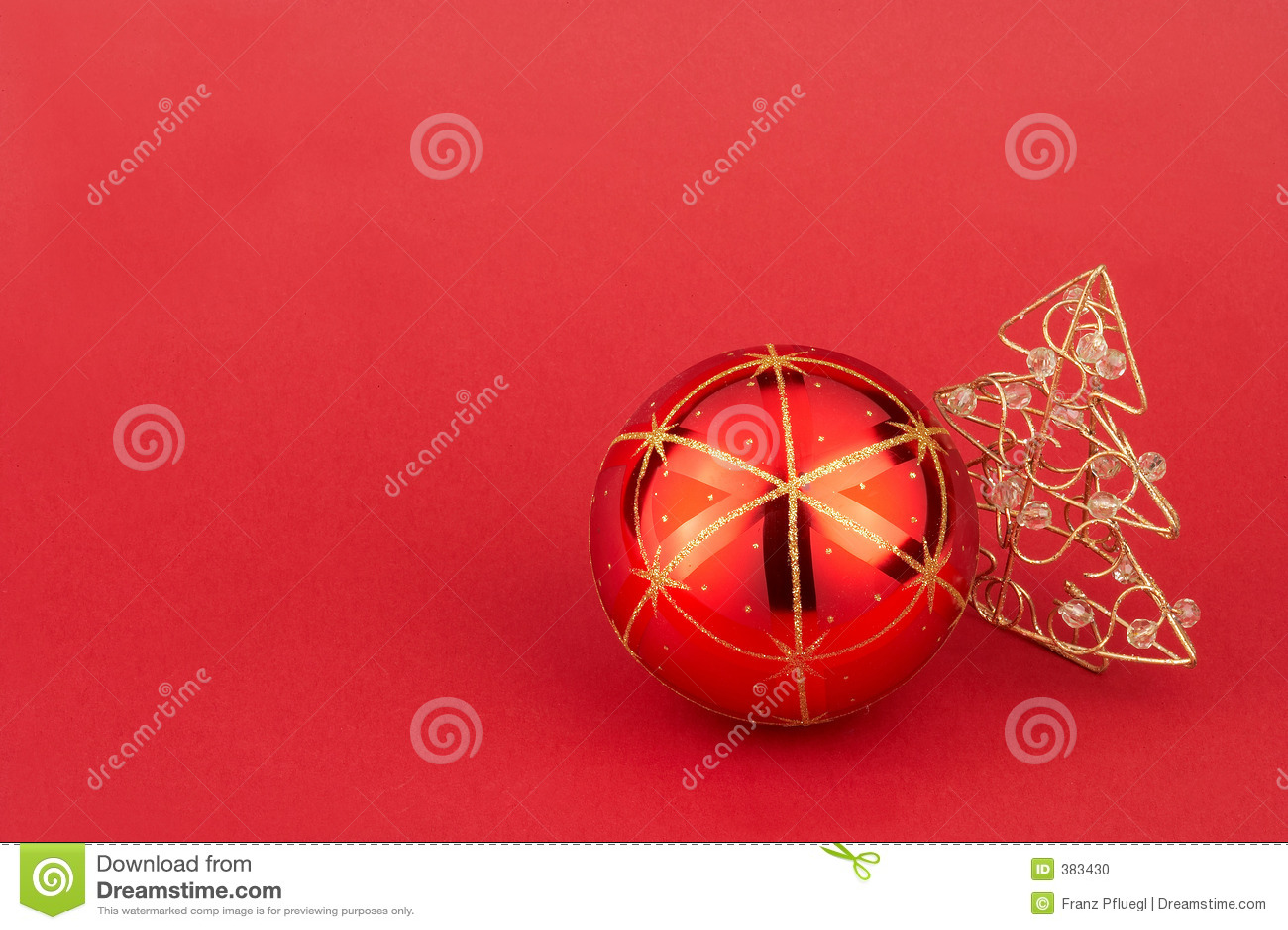 red christmas tree ball and christmas tree - rote Weihnachtskugel mit goldenem Weihnachtsbaum