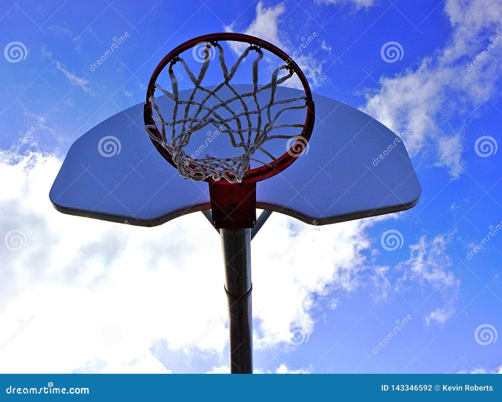 Red del baloncesto y cielo azul