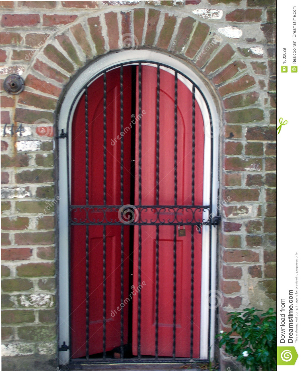Red door behind iron gate royalty free stock photos for Door to gate telefonnummer