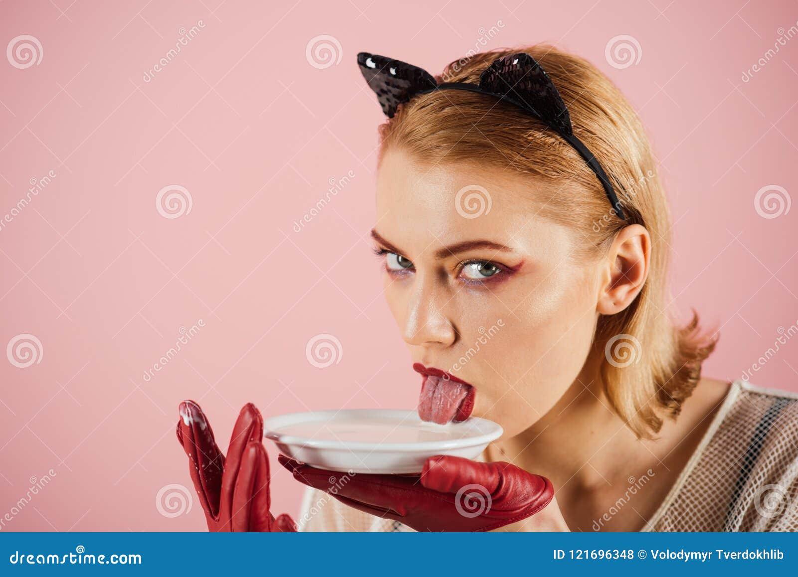 Red för hälsa för äpplet omgav crunchy banta mätande bandyellow Flicka i kattungeöron och röda handskar med yoghurt på rosa bakgr