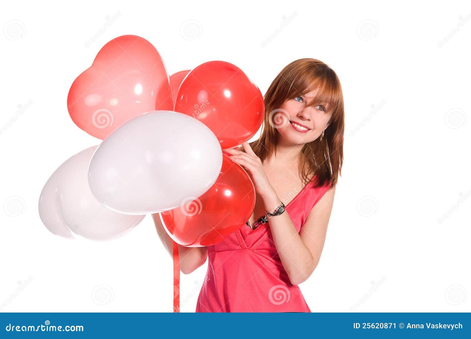 Red-haired девушка в розовом платье с воздушными шарами