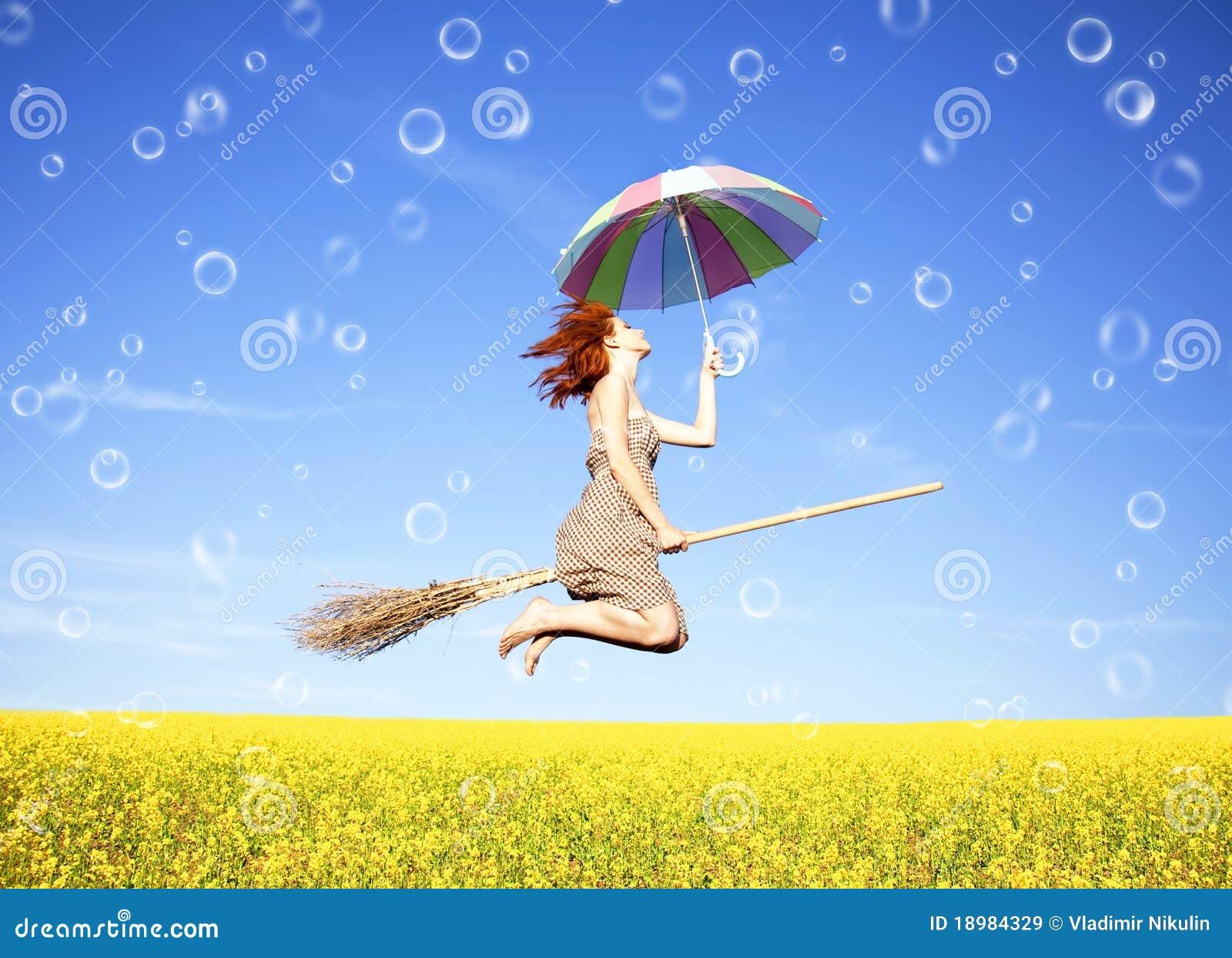 Red-haired Mädchenfliege mit Regenschirm