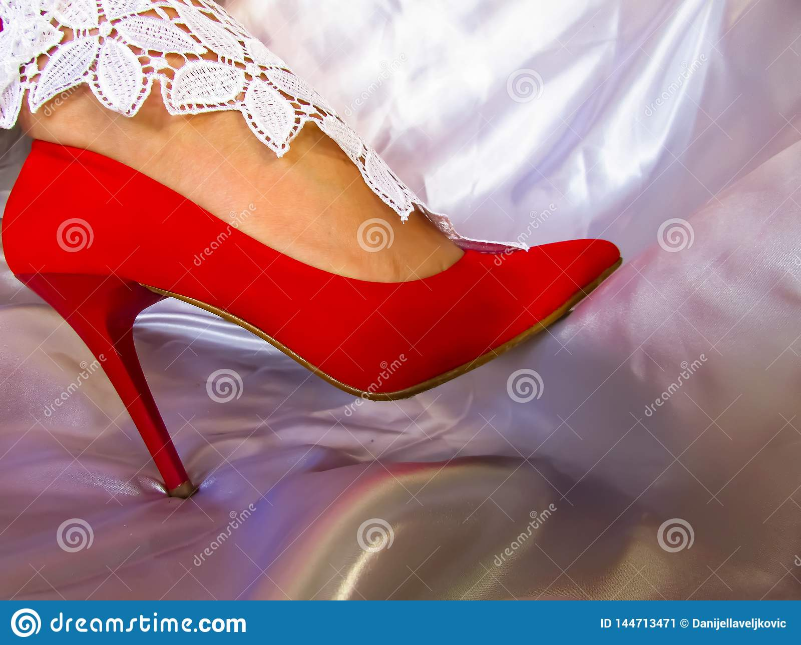 Red shue whitw lace