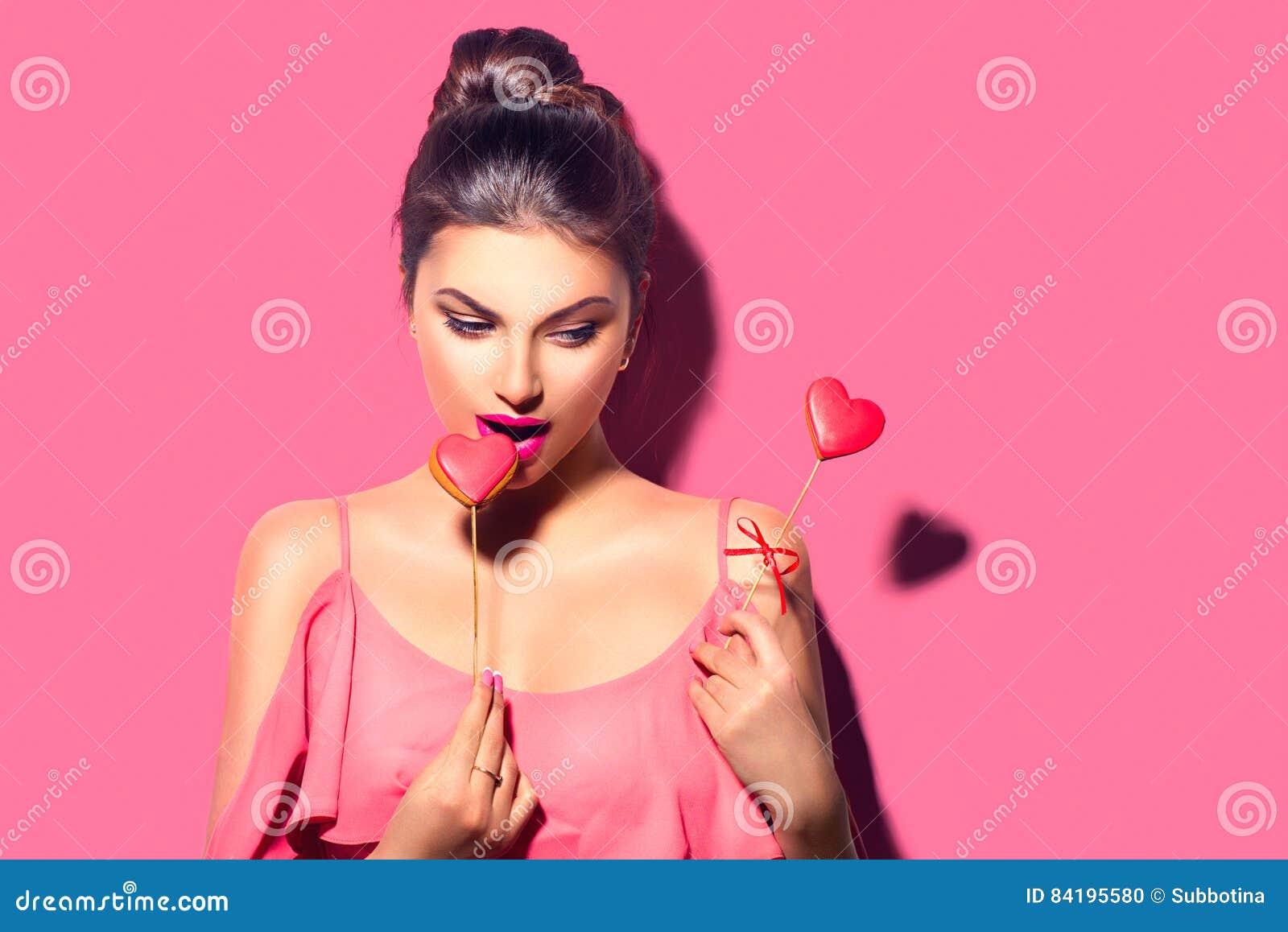 Red steg Skönhetflickan med Valentine Heart formade kakor i hennes händer