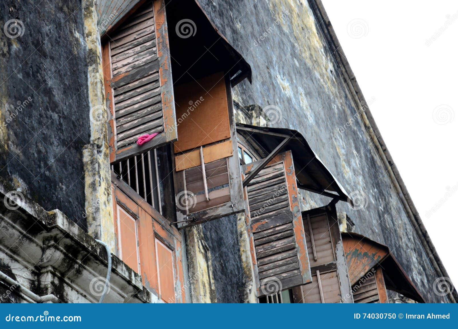 Red ut träslutare och fönster i gamla byggande Georgetown Penang Malaysia