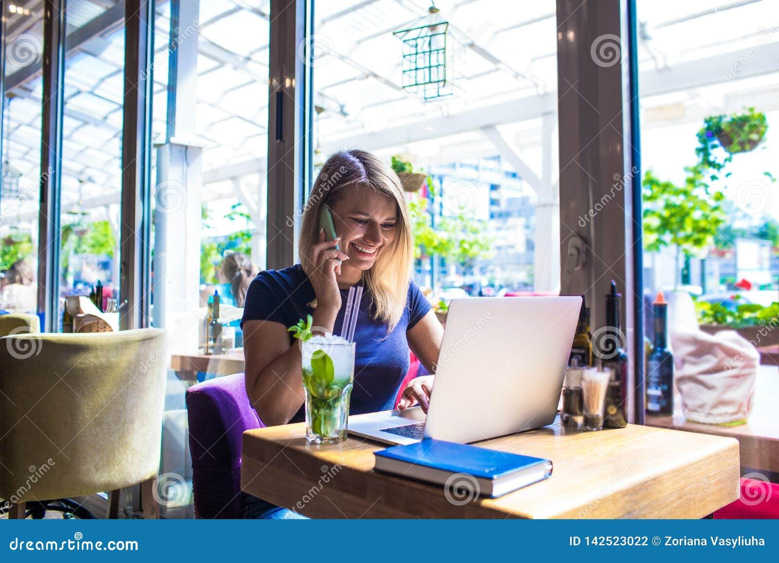 Redactor de anuncios femenino alegre que llama vía el teléfono móvil