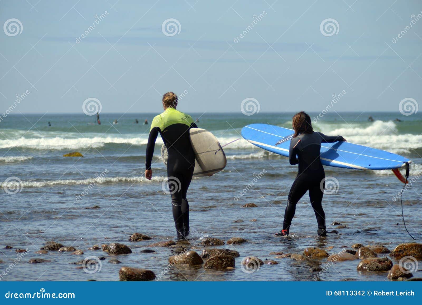 Redakcyjne kobieta surfingowów przykopu równiny Montuak Nowy Jork