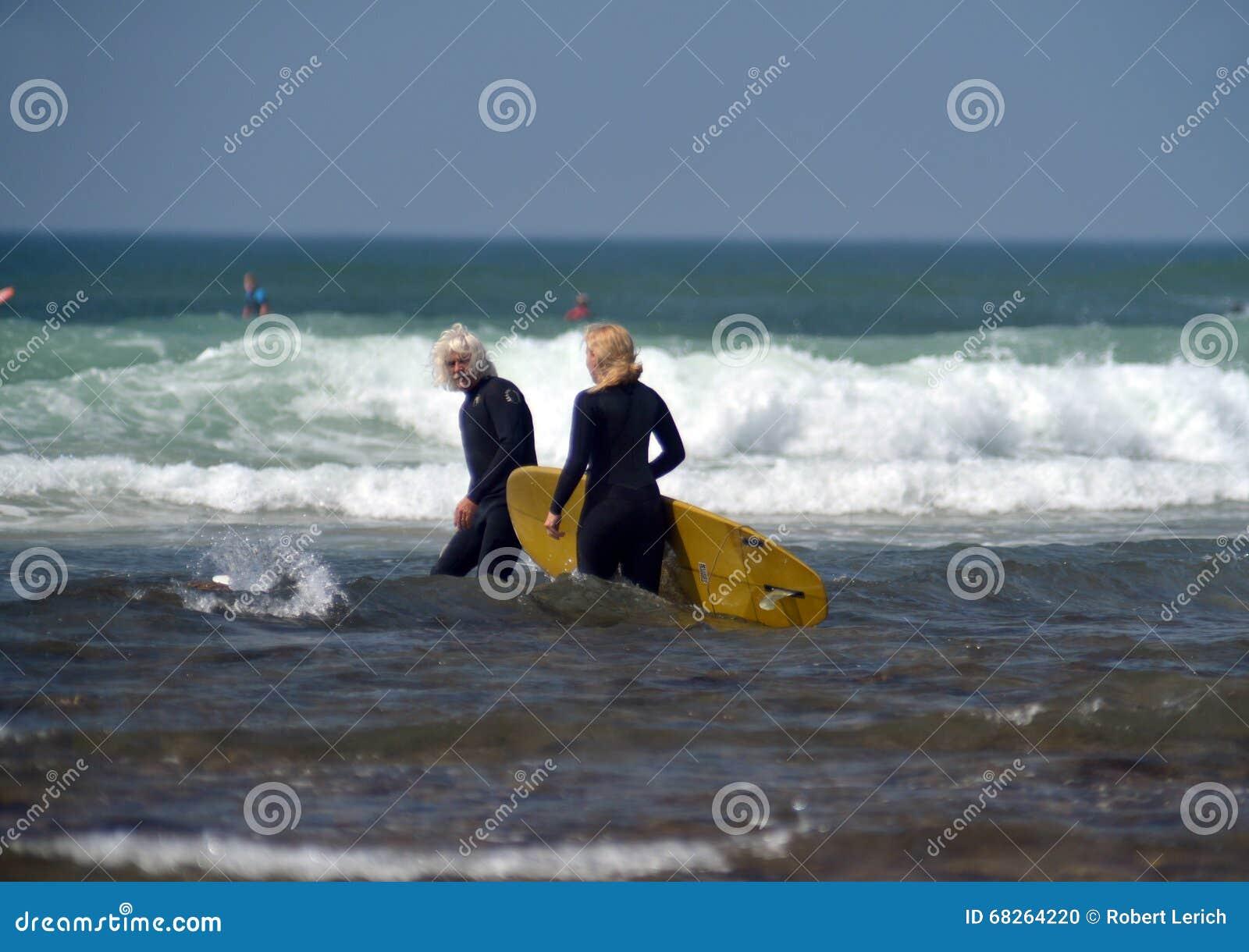 Redakcyjne para surfingowów przykopu równiny Montuak Nowy Jork