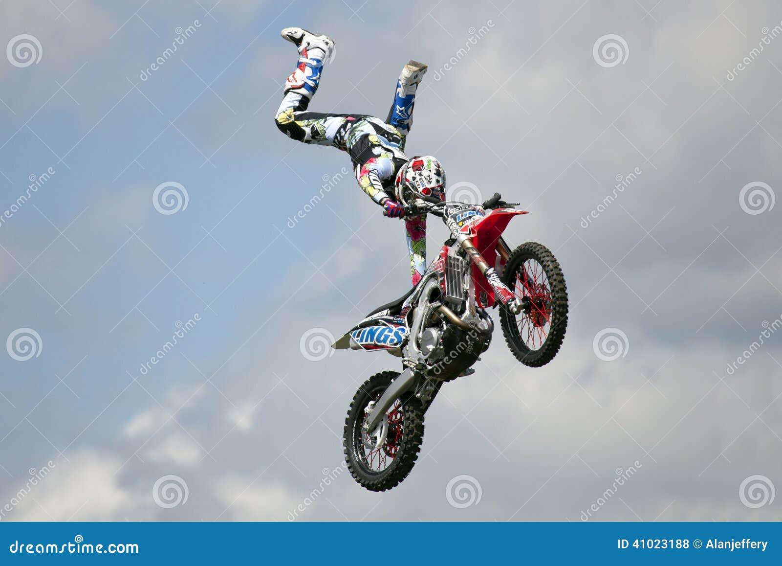 REDBOURN, UK - Maj 25: Unamed wyczynu kaskaderskiego jeździec od Bolddog  L